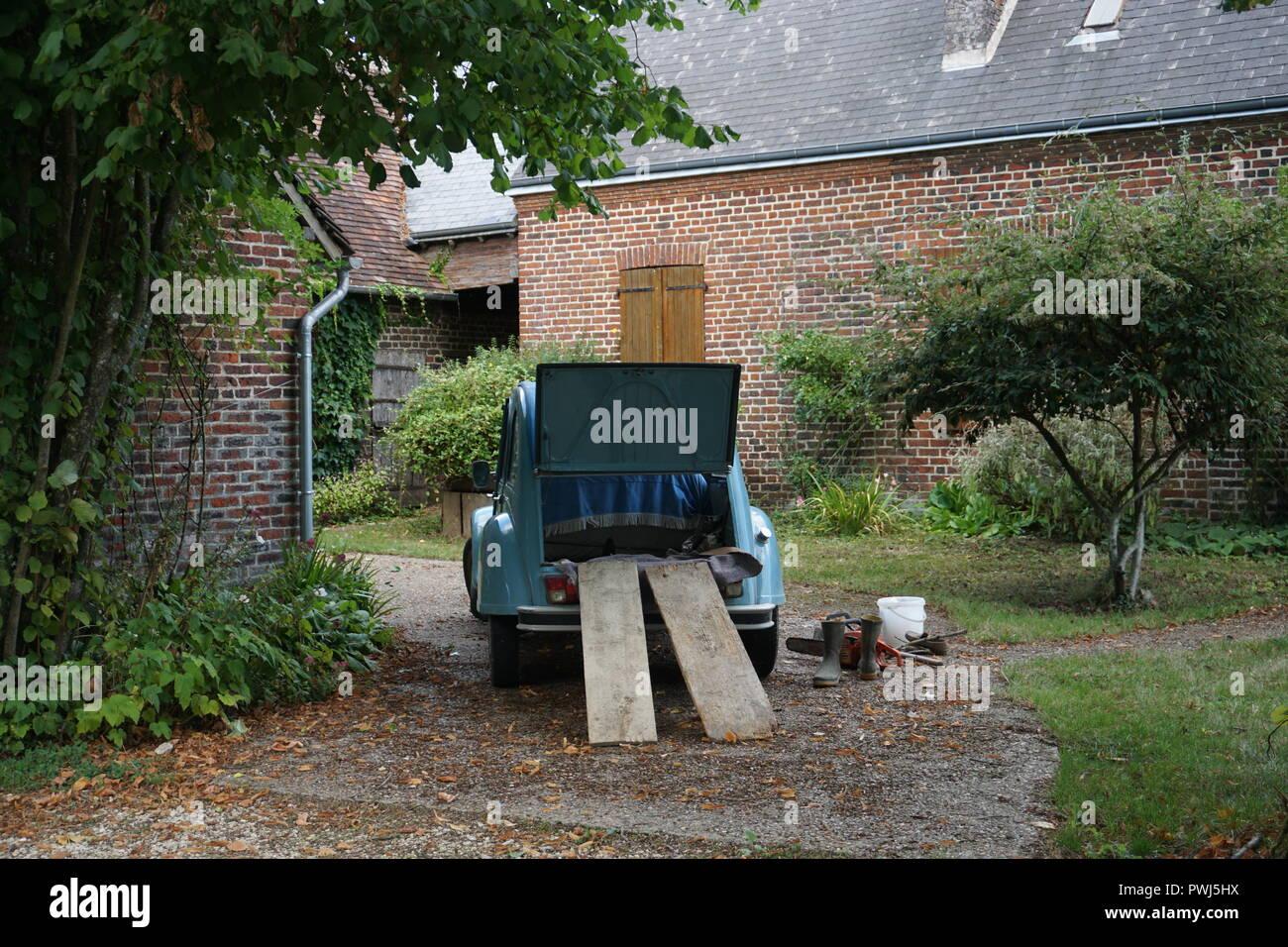 Giardino Di Una Casa blue 2cv parcheggiato nel giardino di una casa di campagna