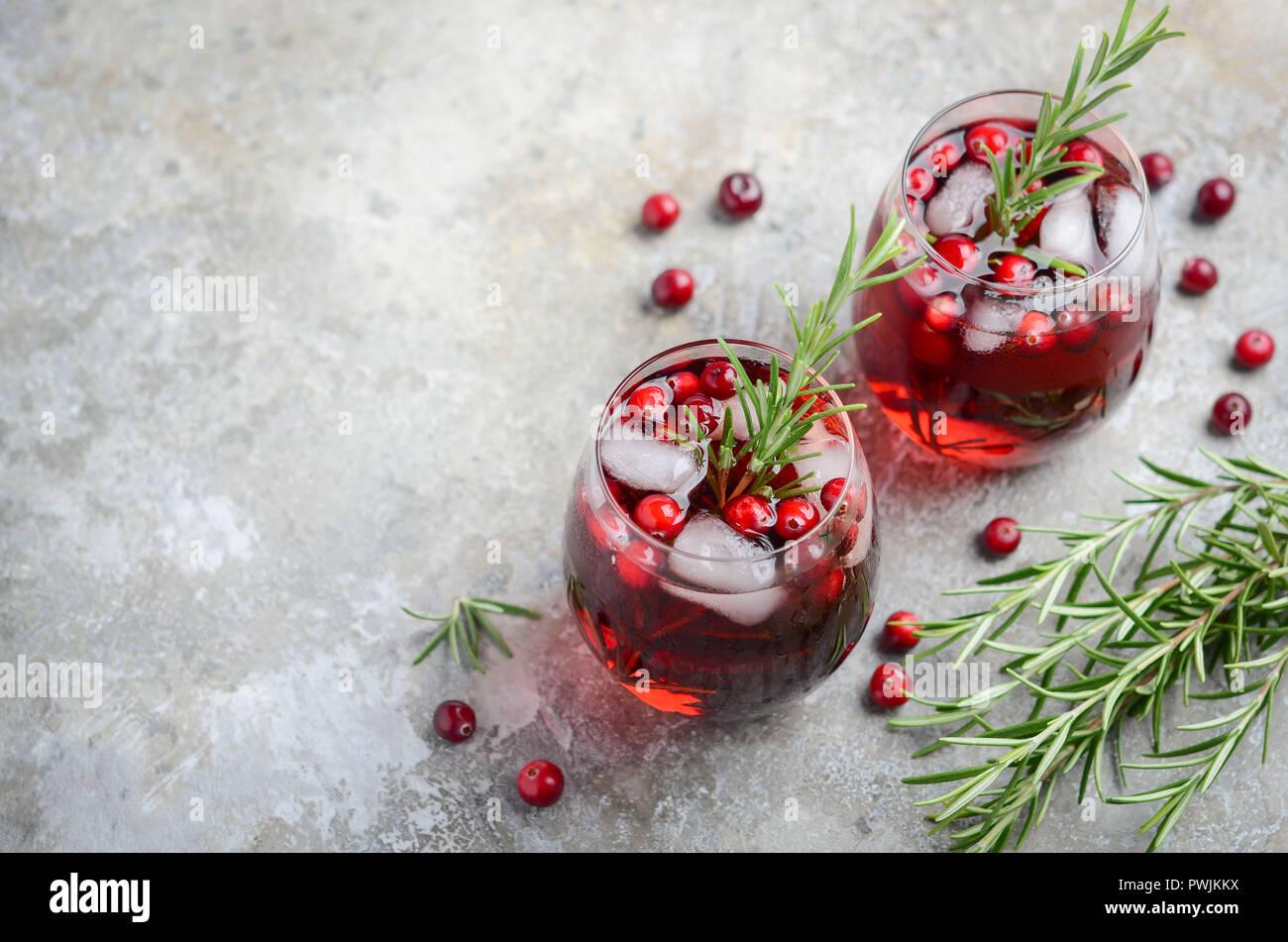 Cold drink rinfrescante con mirtilli e rosmarino su un cemento grigio sfondo Immagini Stock