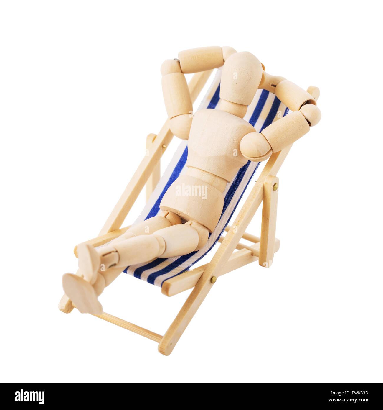 Personaggio giocattolo dell'uomo (gestalt) sul lettino isolati su sfondo bianco Immagini Stock