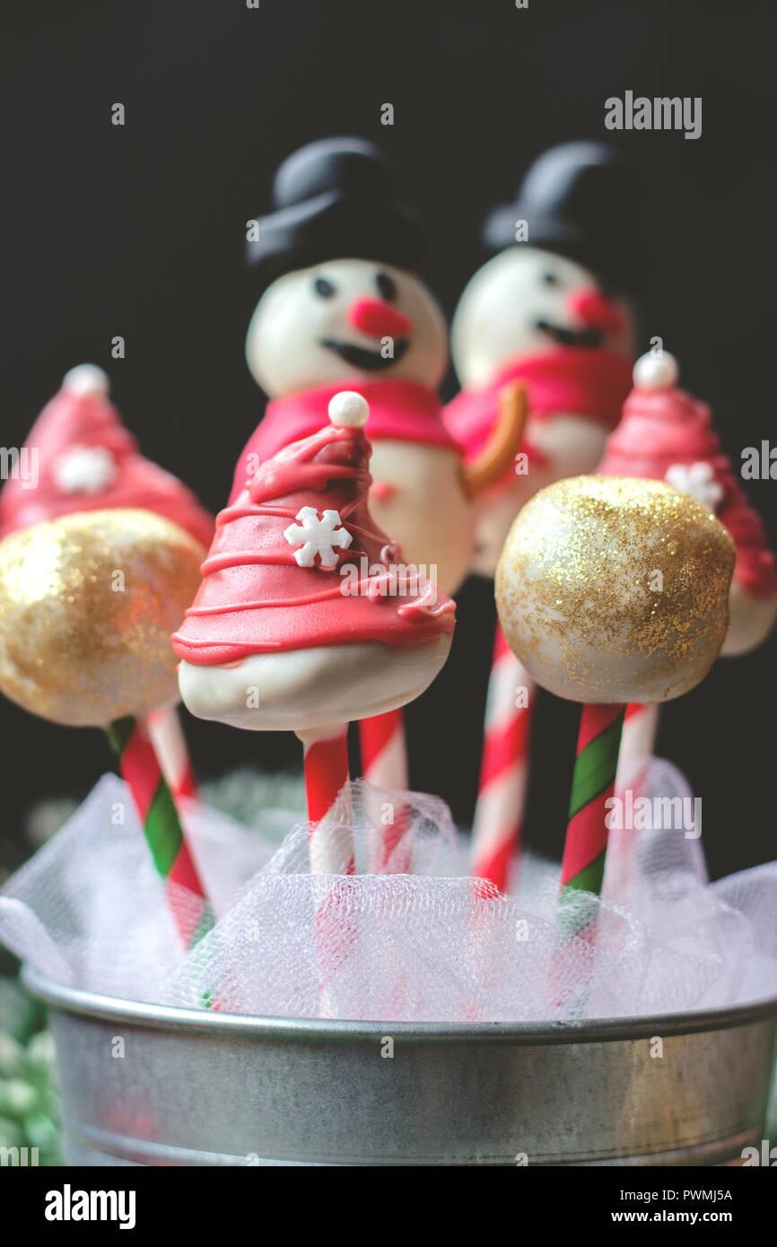 Torte Decorate Per Natale pops torta decorata per natale, su sfondo scuro foto