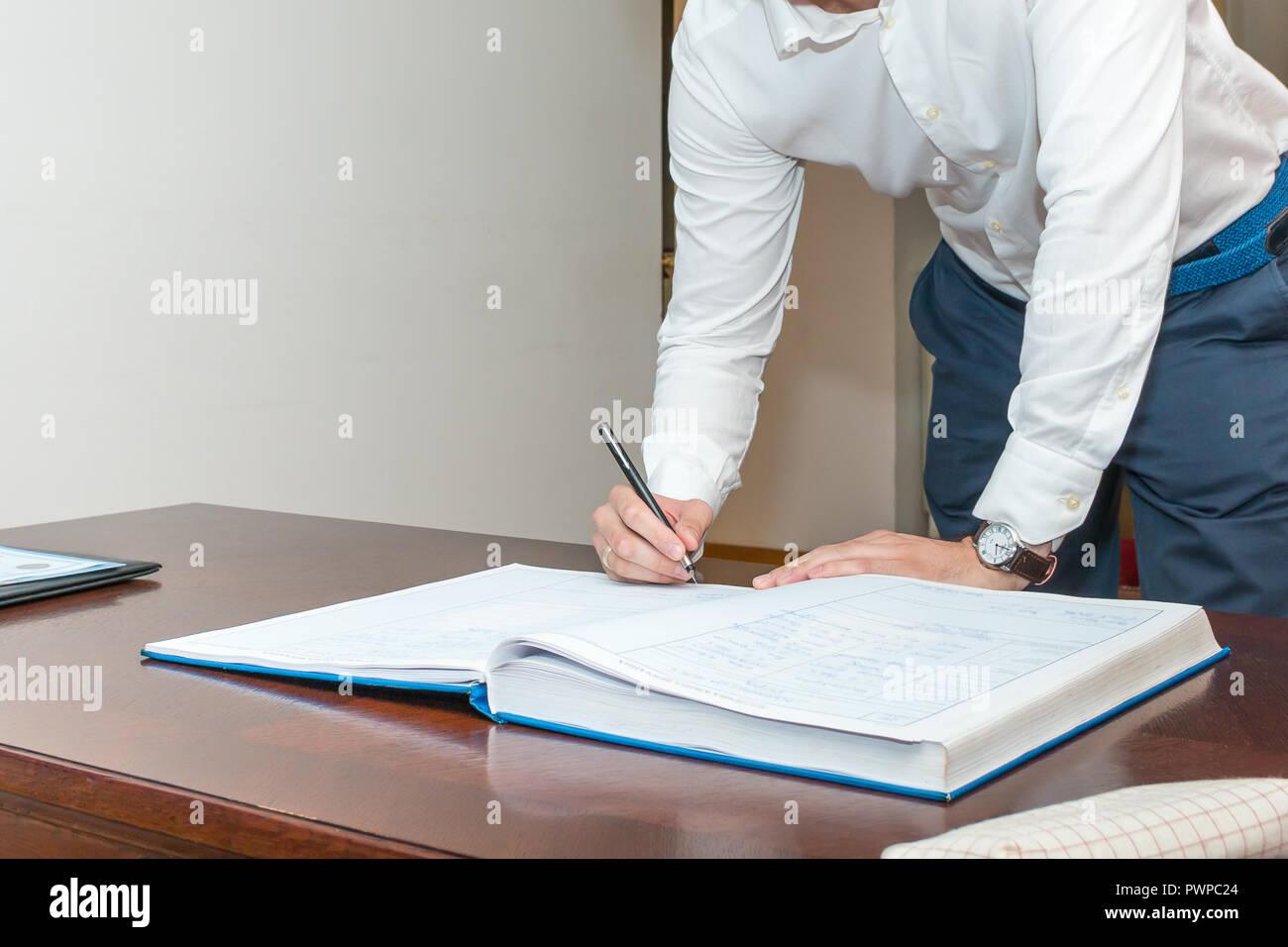 Certificato Matrimonio Simbolico : Il govern firma la registrazione del certificato di matrimonio