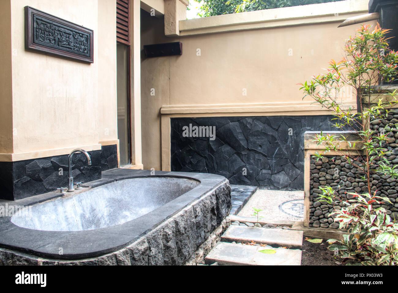 Vasca Da Bagno In Pietra : Bagno esterno con vasca da bagno in pietra in un lussuoso hotel di