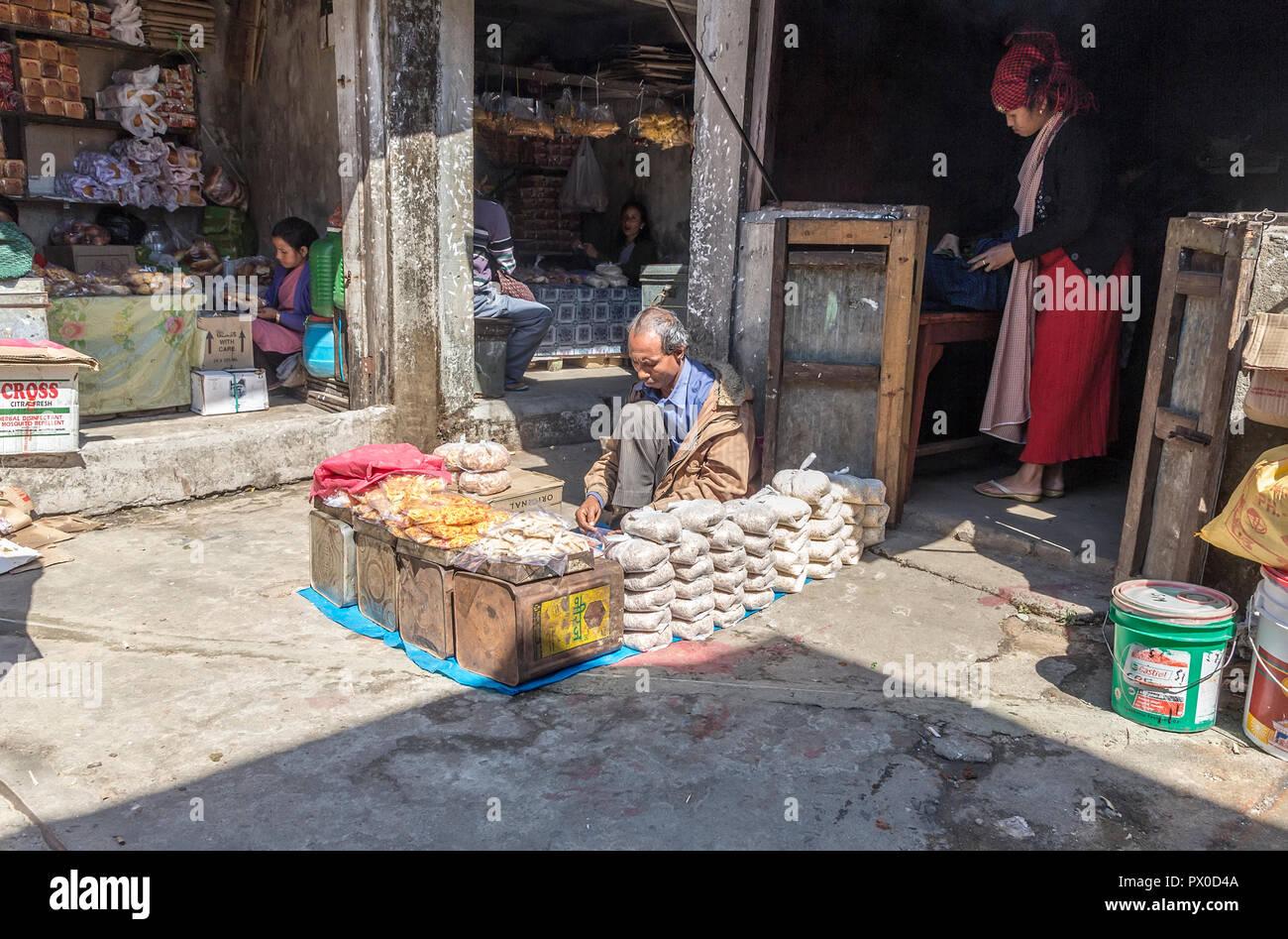 Negozi in Mawsynram, Meghalaya, India Immagini Stock