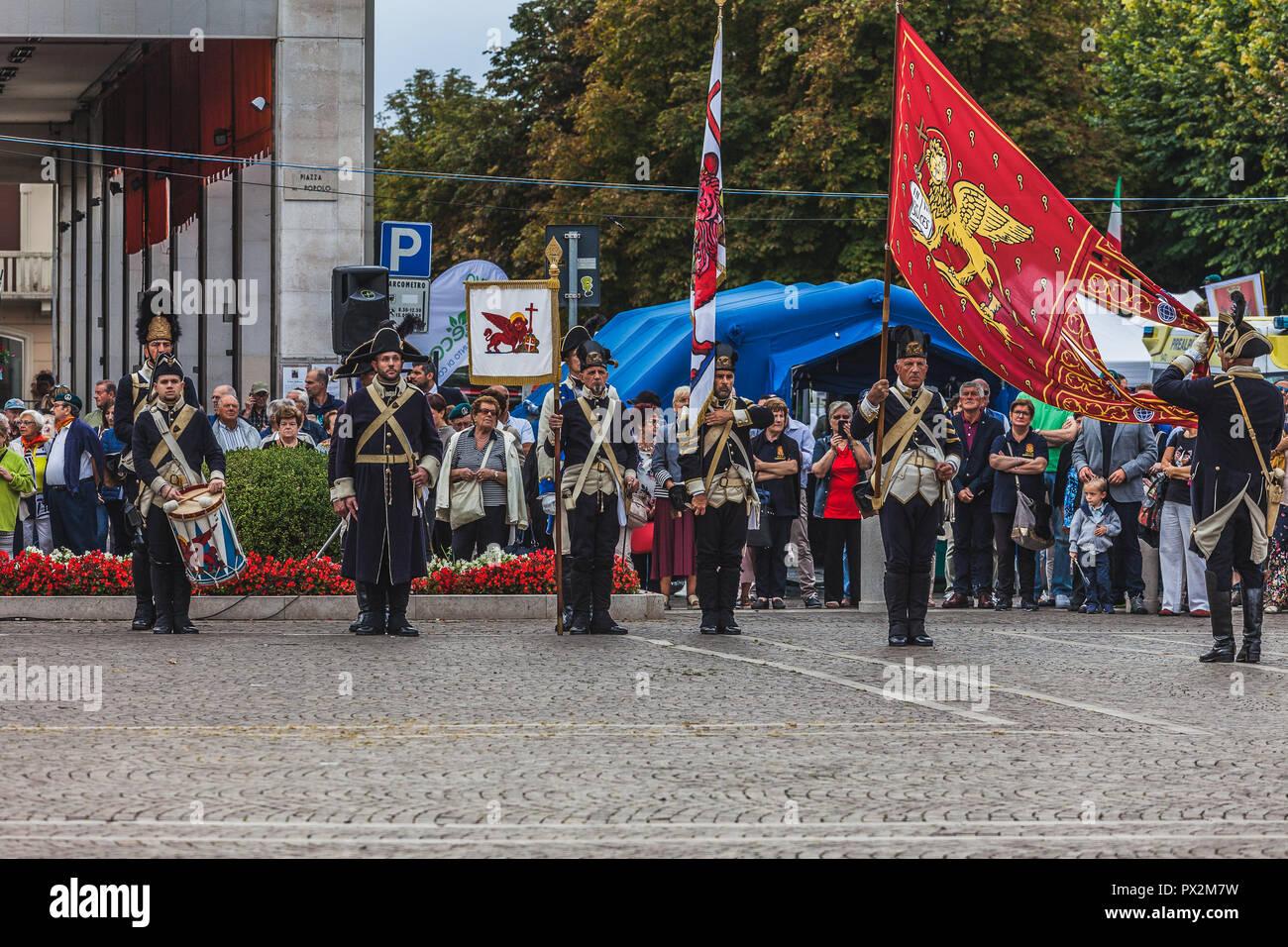 VITTORIO VENETO, Italia - 23 settembre 2018: rievocazione storica con persone vestite come ottocento militari della Repubblica di Venezia Foto Stock