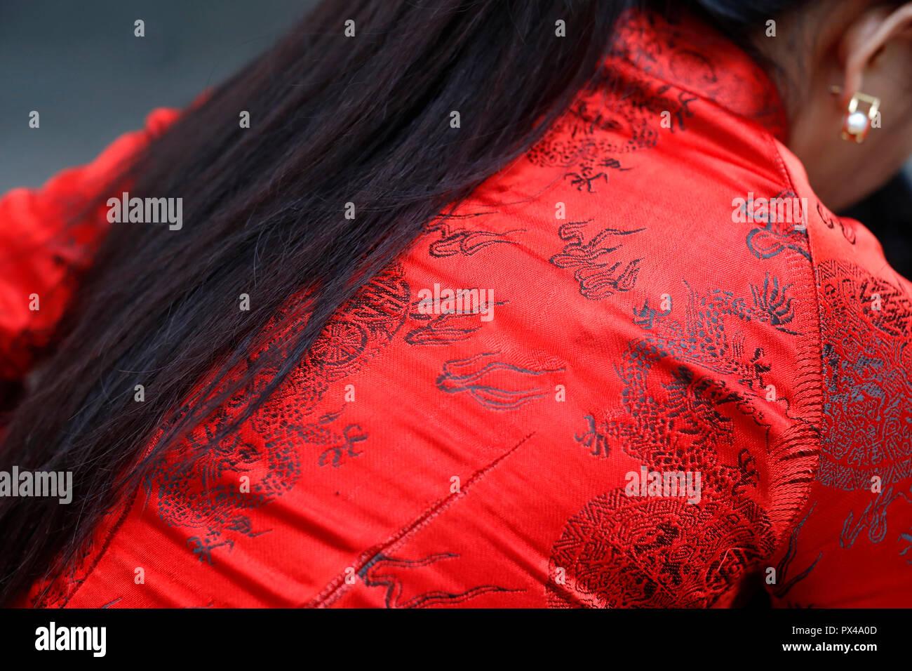 Donna vietnamita con rossi tradizionali abiti lunghi Ao dai . Ho Chi Minh City. Il Vietnam. Immagini Stock