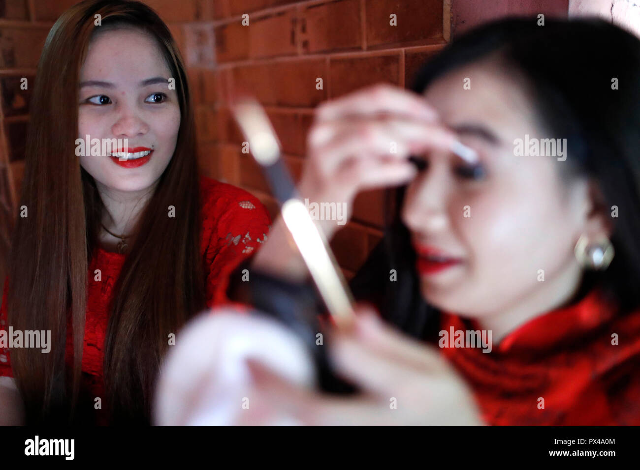 Il vietnamita ragazze con i tradizionali abiti lunghi Ao Dai fare il trucco. Ho Chi Minh City. Il Vietnam. Immagini Stock