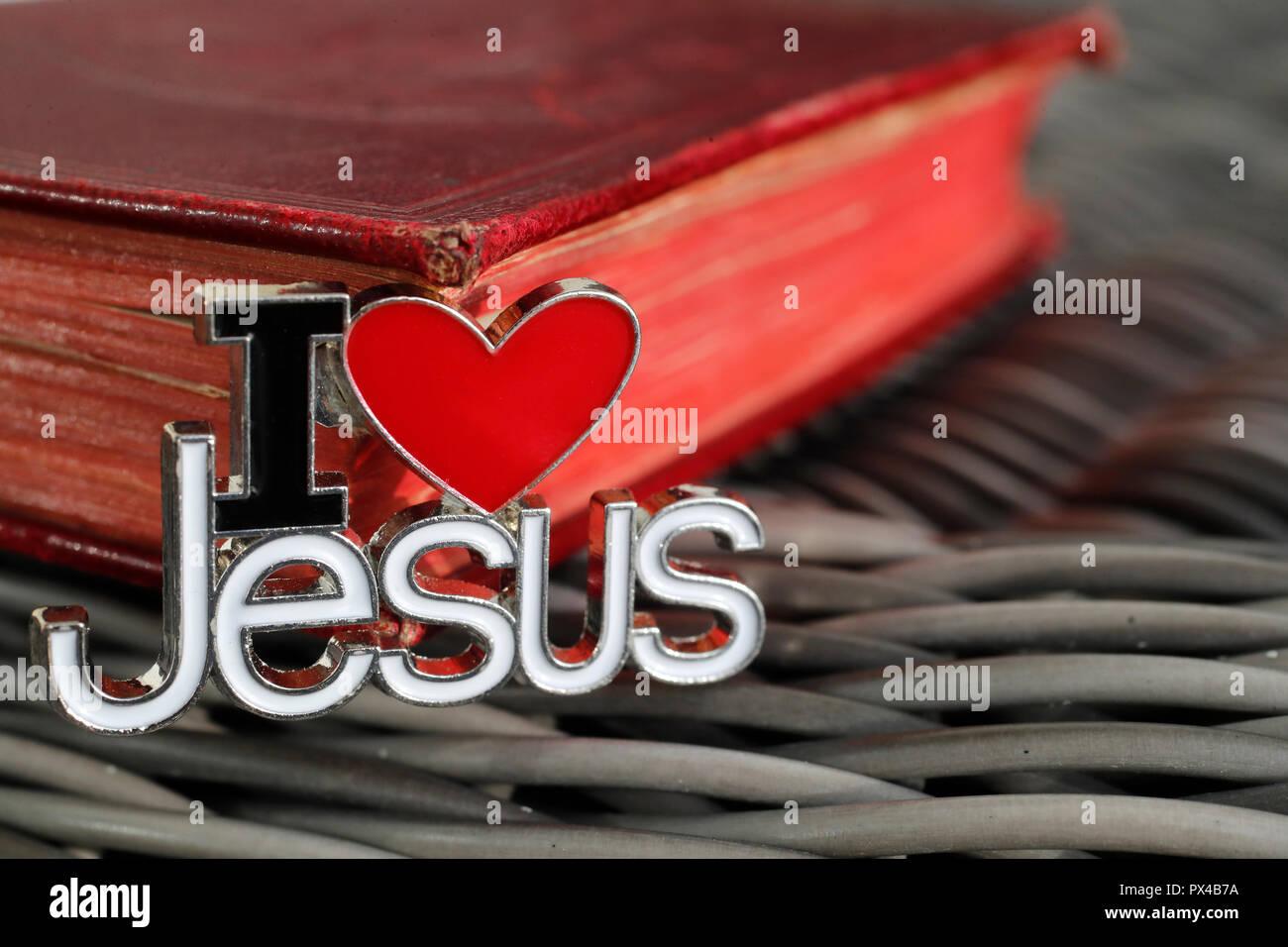 Io amo Gesù il pin con la Sacra Bibbia. Foto Stock