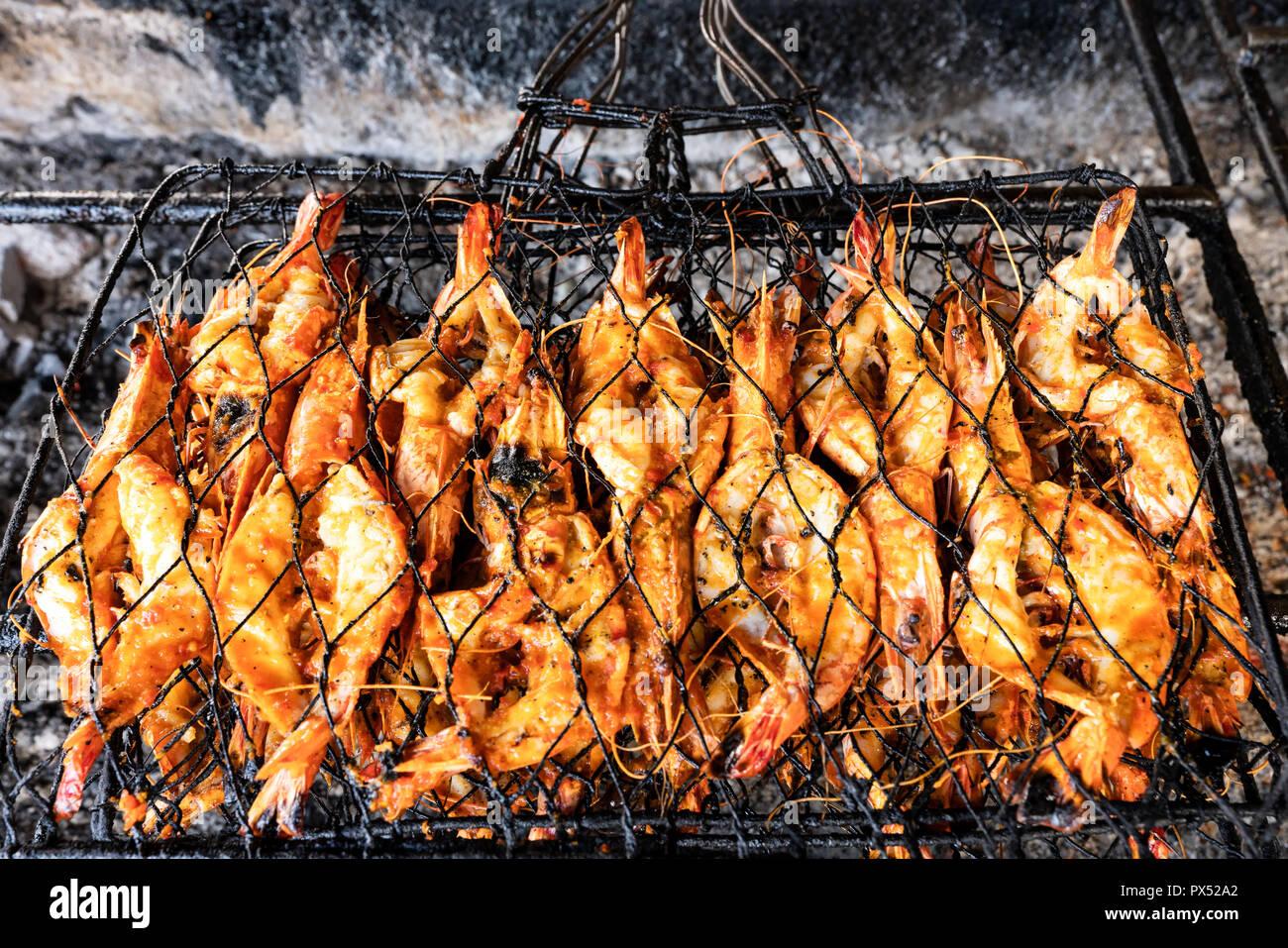 Barbecue Di Pesce Alla Griglia Di Dimensione King Gamberi Sul Fuoco