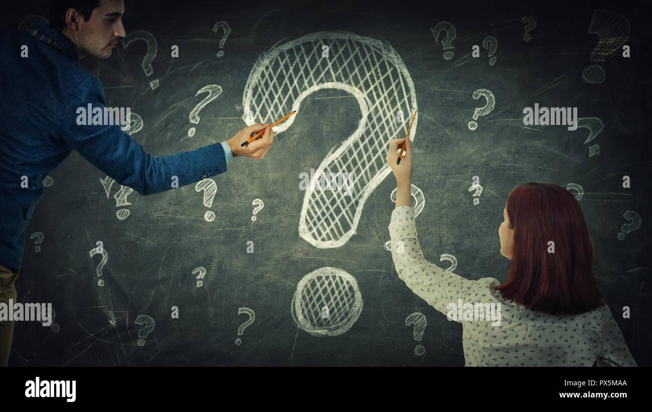 L uomo e la donna di perplessità per condividere pensieri insieme hanno la stessa domanda comune, disegno di marchio di interrogazione sulla lavagna. Partnership commerciale e t Immagini Stock