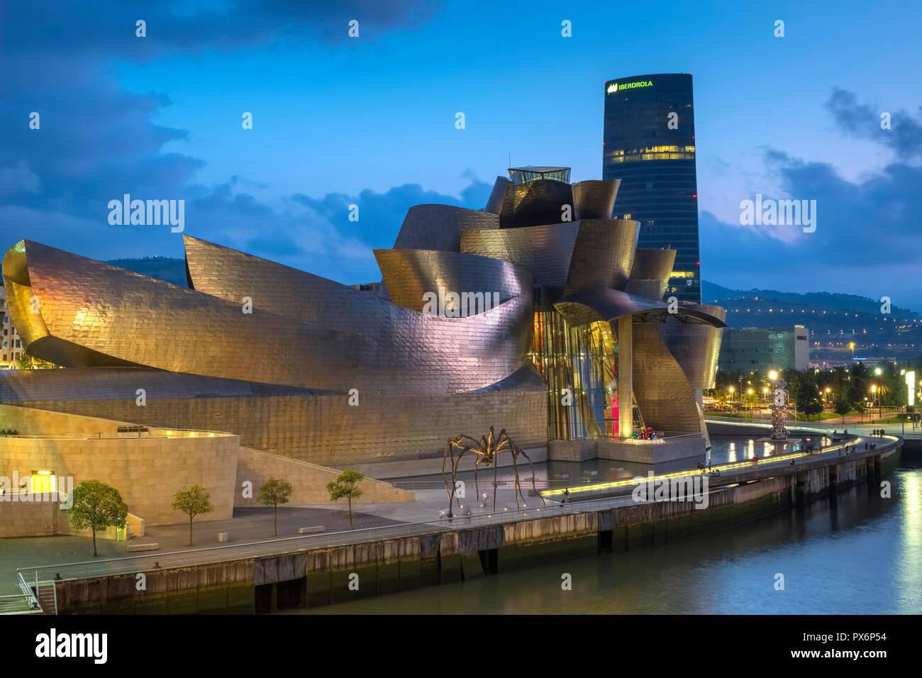 Il Museo Guggenheim e spider arte, Bilbao, Spagna, Europa di notte Foto Stock