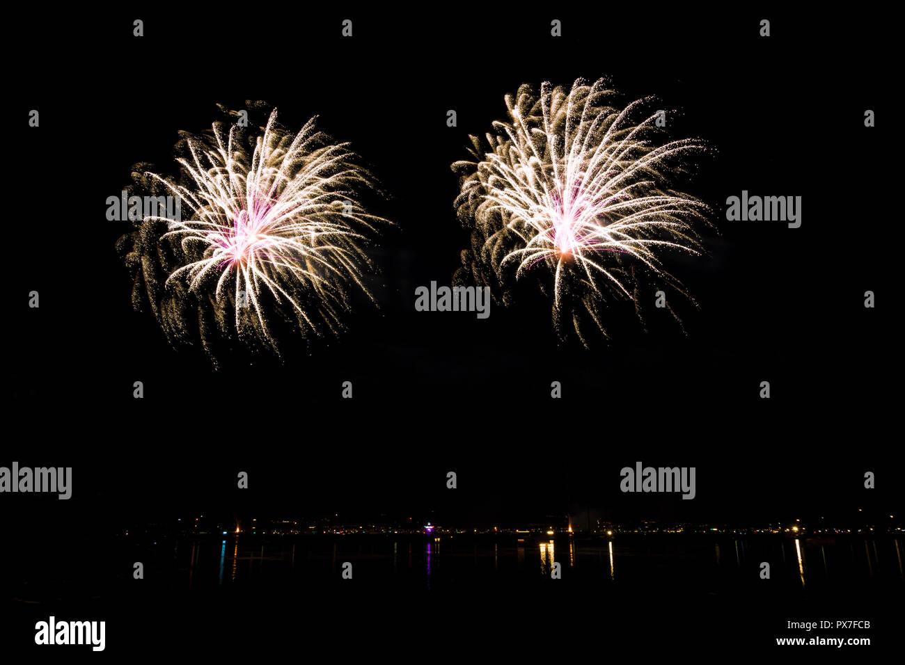 Fuochi d'artificio scintillanti esplosioni di festival come il nuovo anno Immagini Stock