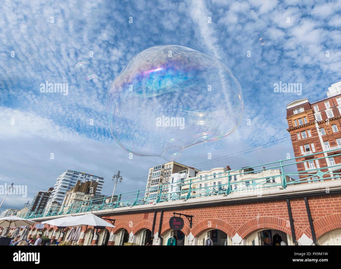 Grande bolla fluttuante nel cielo in una città con il cielo blu e nuvole soffici in Brighton, Regno Unito. Concetto di libertà. Fluttuare liberamente. Immagini Stock