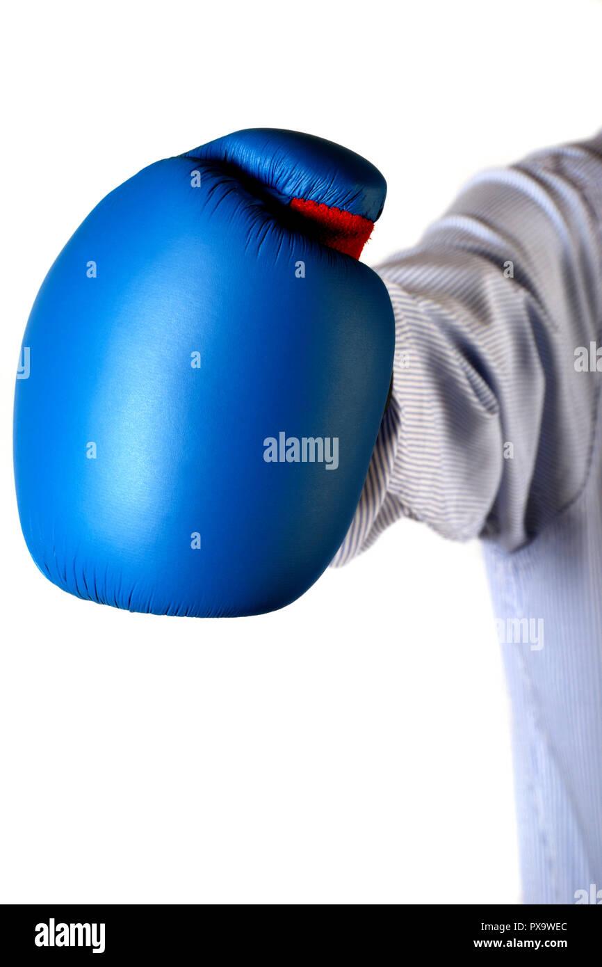 Imprenditore braccio indossando un guanto casella in atto di gettare un jab, business confronto concept Immagini Stock