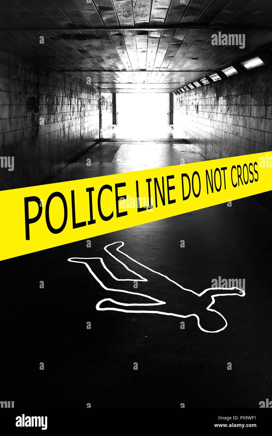 Sottopassaggio con un nastro di polizia e chalk il contorno di un corpo umano sul marciapiede Immagini Stock