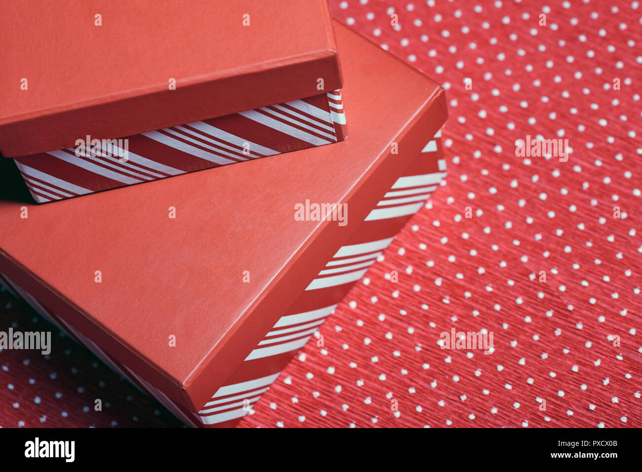 Regalo di natale scatole su un rosso carta di avvolgimento Foto Stock