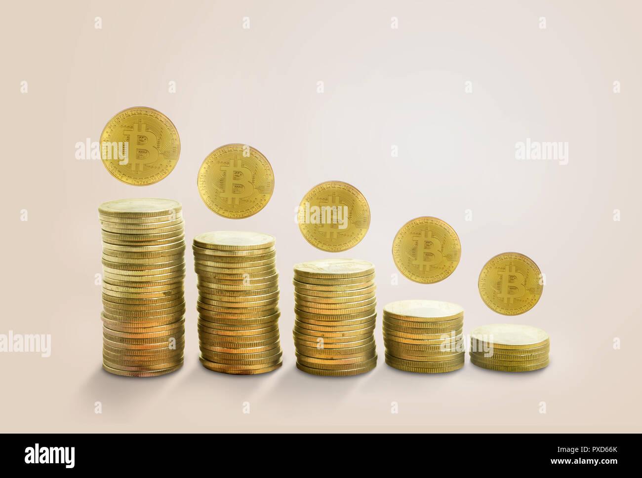 Concetto grafico di caduta con golden bitcoin.in rosa pastello sfondo minima Immagini Stock