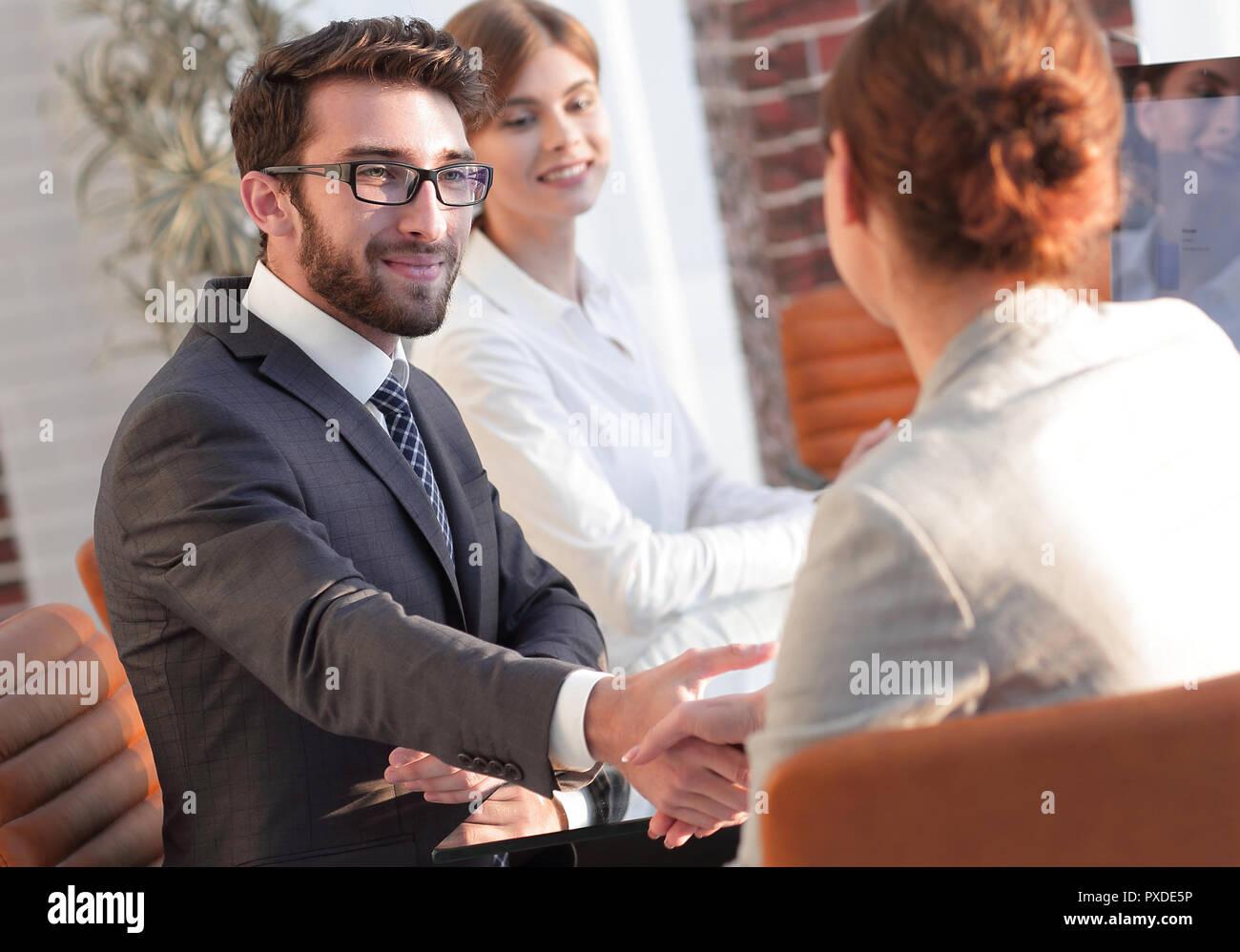 Il team Aziende per discutere di nuove idee alla vostra scrivania. Immagini Stock