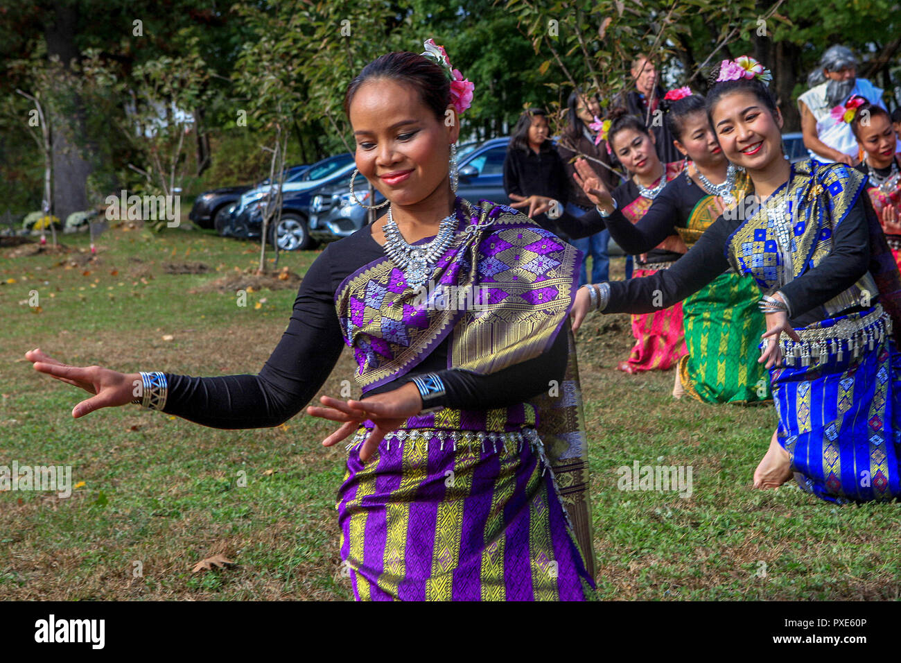Bedford, MA, Stati Uniti d'America - 21 OTT 2018: Thai Apsara ballerini eseguita alla fine annuale di Quaresima celebrazione svoltasi presso il Wat Boston Vararam Buddha, un Thai Theravada tempio buddista. Immagini Stock