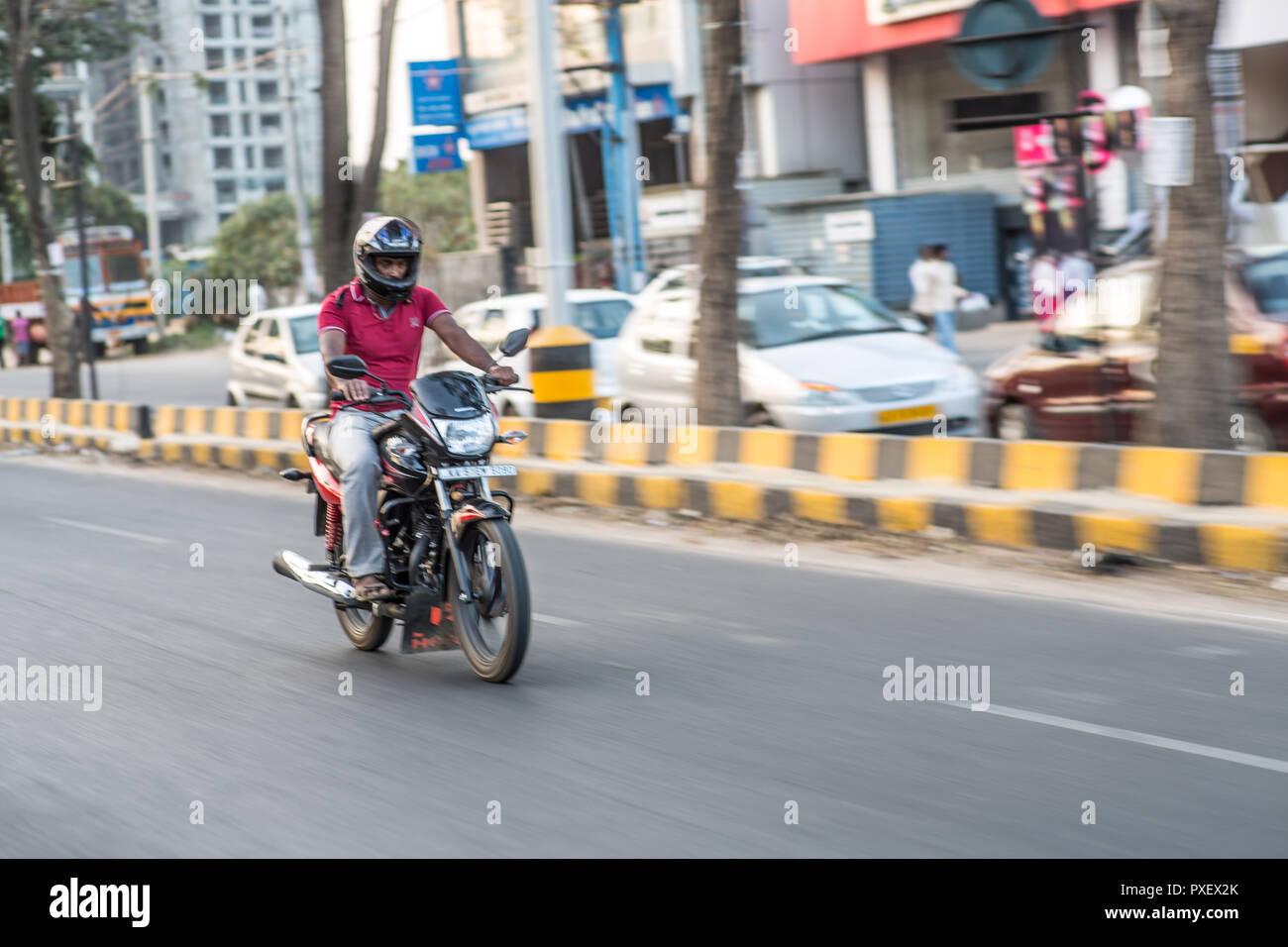 Velocizzando il motociclo in una città indiana Immagini Stock