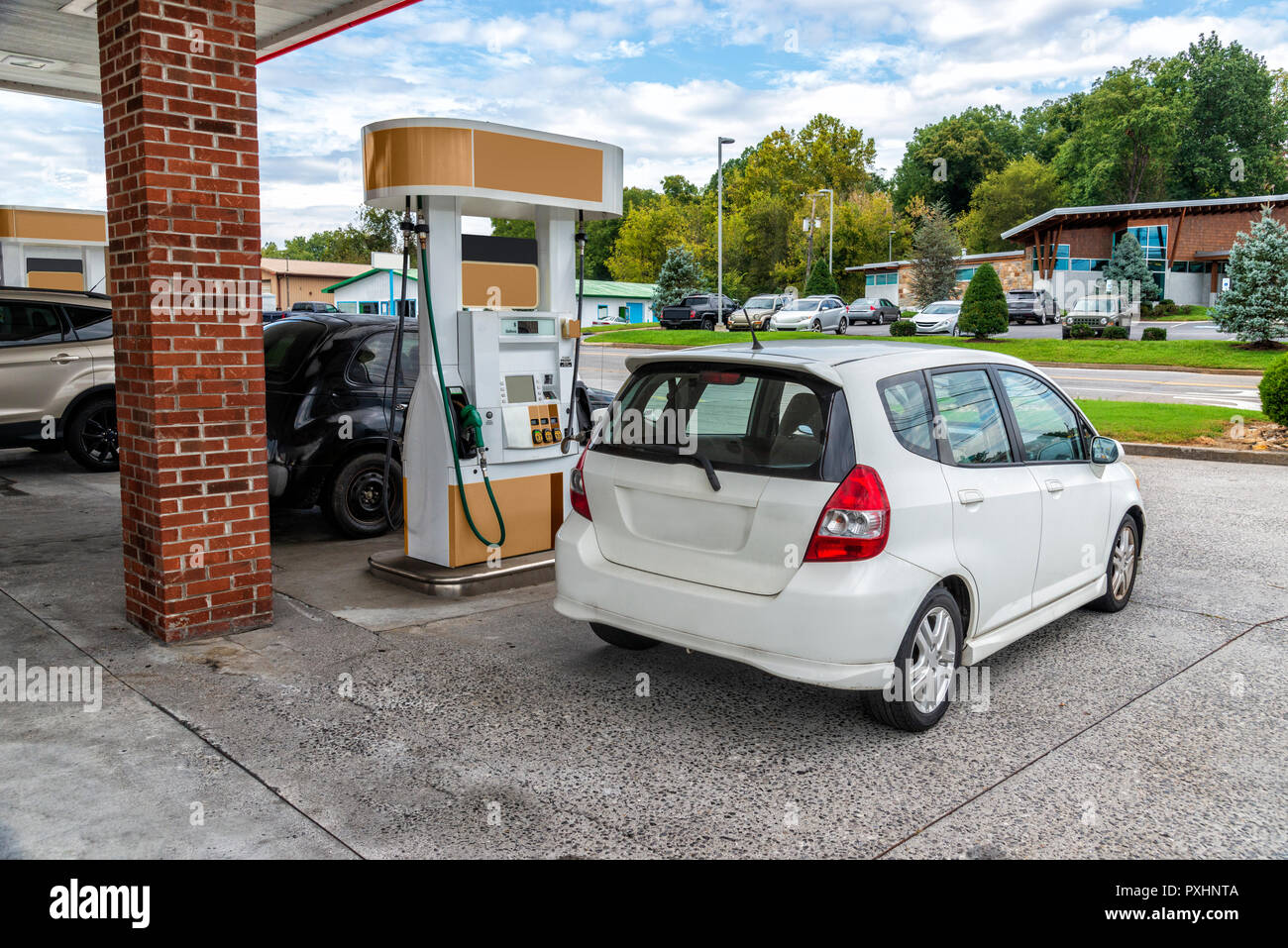 Inquadratura orizzontale di una generica macchina compatta di acquistare la benzina in corrispondenza di un generico Convenience Store. Tutte le marcature visibili e segni sono stati rimossi. Immagini Stock