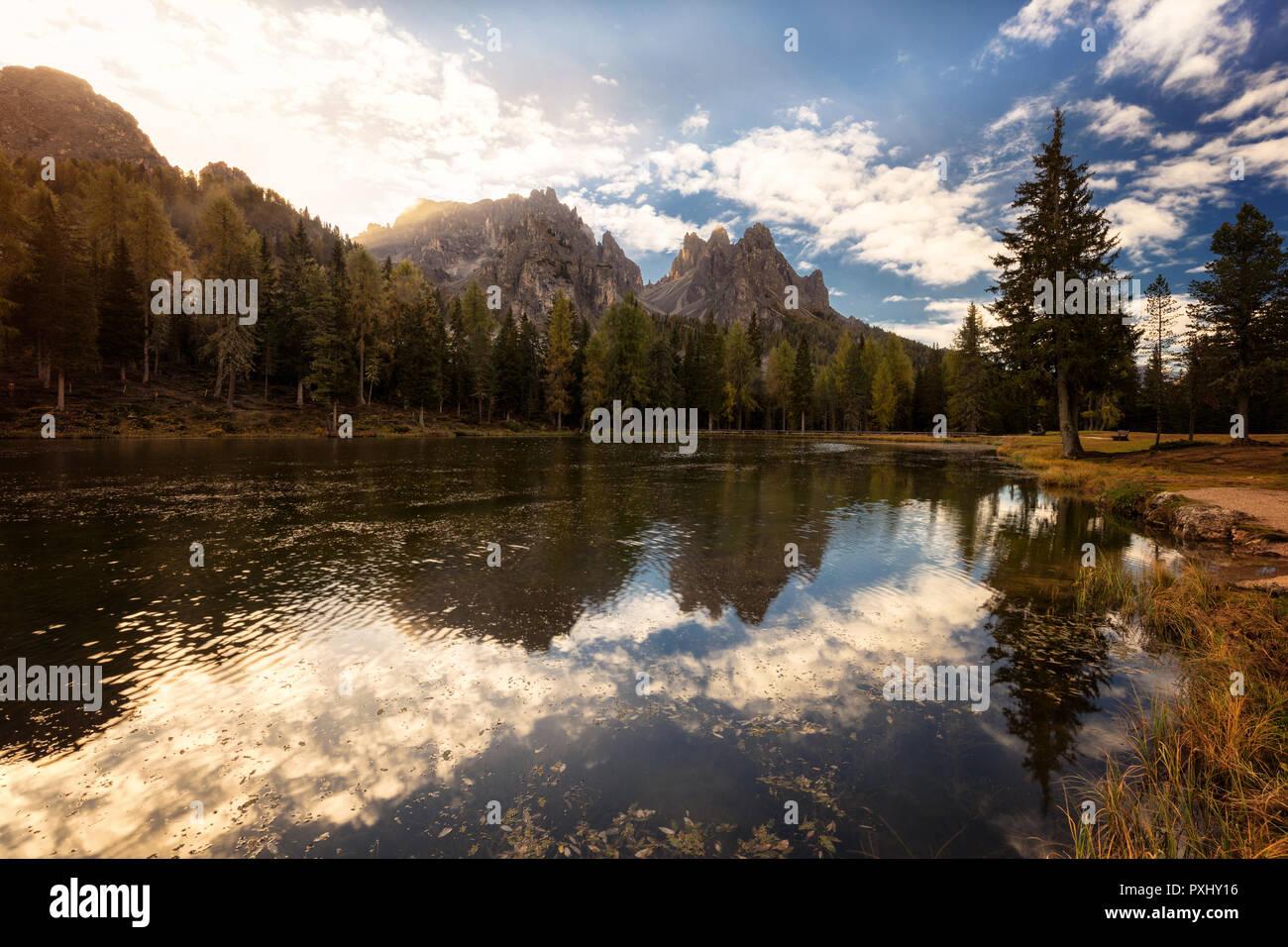 Sunrise oltre le montagne e il lago di Misurina, Italia, Europa. Foto Stock