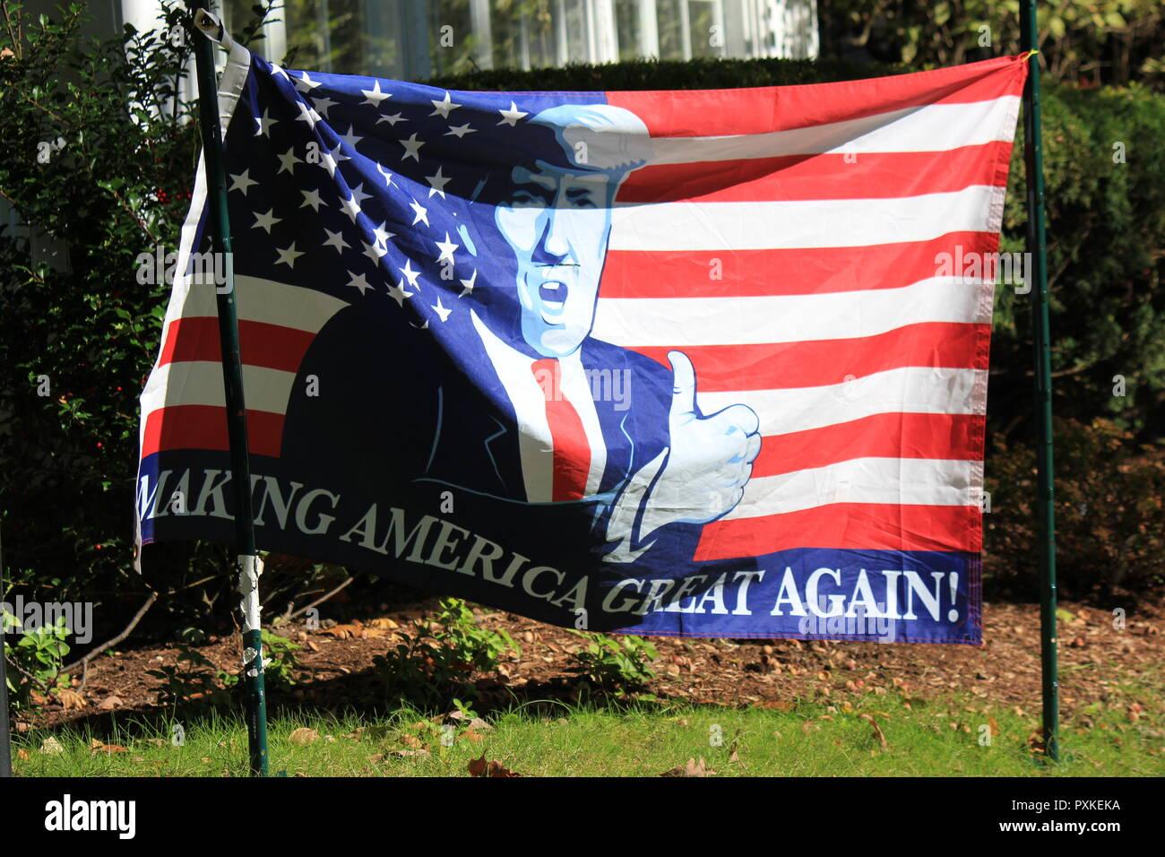 Fare l America grande bandiera ancora appeso sul prato anteriore di una  casa residenziale 656e73fbca92