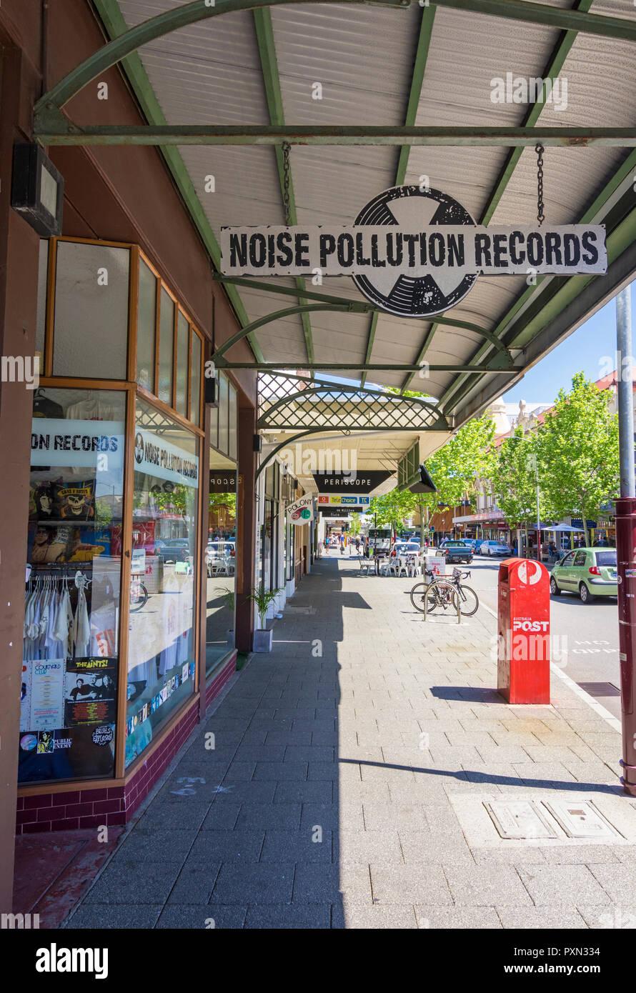 Inquinamento da rumore record, un negozio lungo il vivace William Street a Northbridge, Perth, Western Australia Immagini Stock