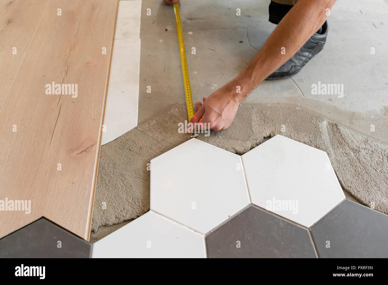Riscaldamento A Pavimento E Laminato lavoratore di sesso maschile di installare nuovi in legno
