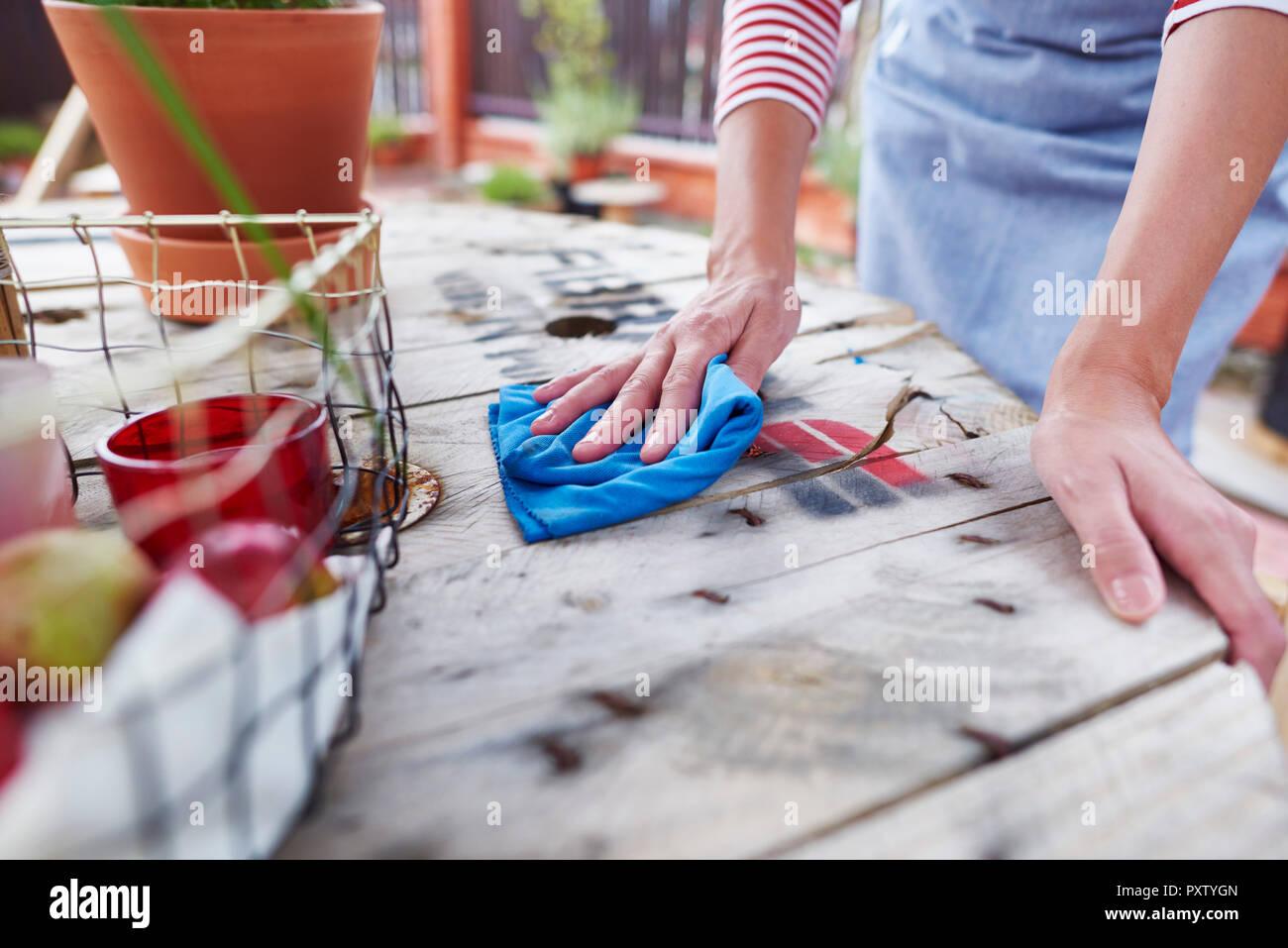 Close-up di donna pulizia del tavolino di un bar Immagini Stock