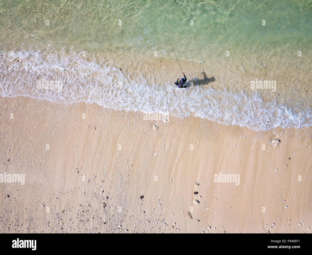 Indonesia, Bali, vista aerea del pescatore sulla riva del mare Immagini Stock
