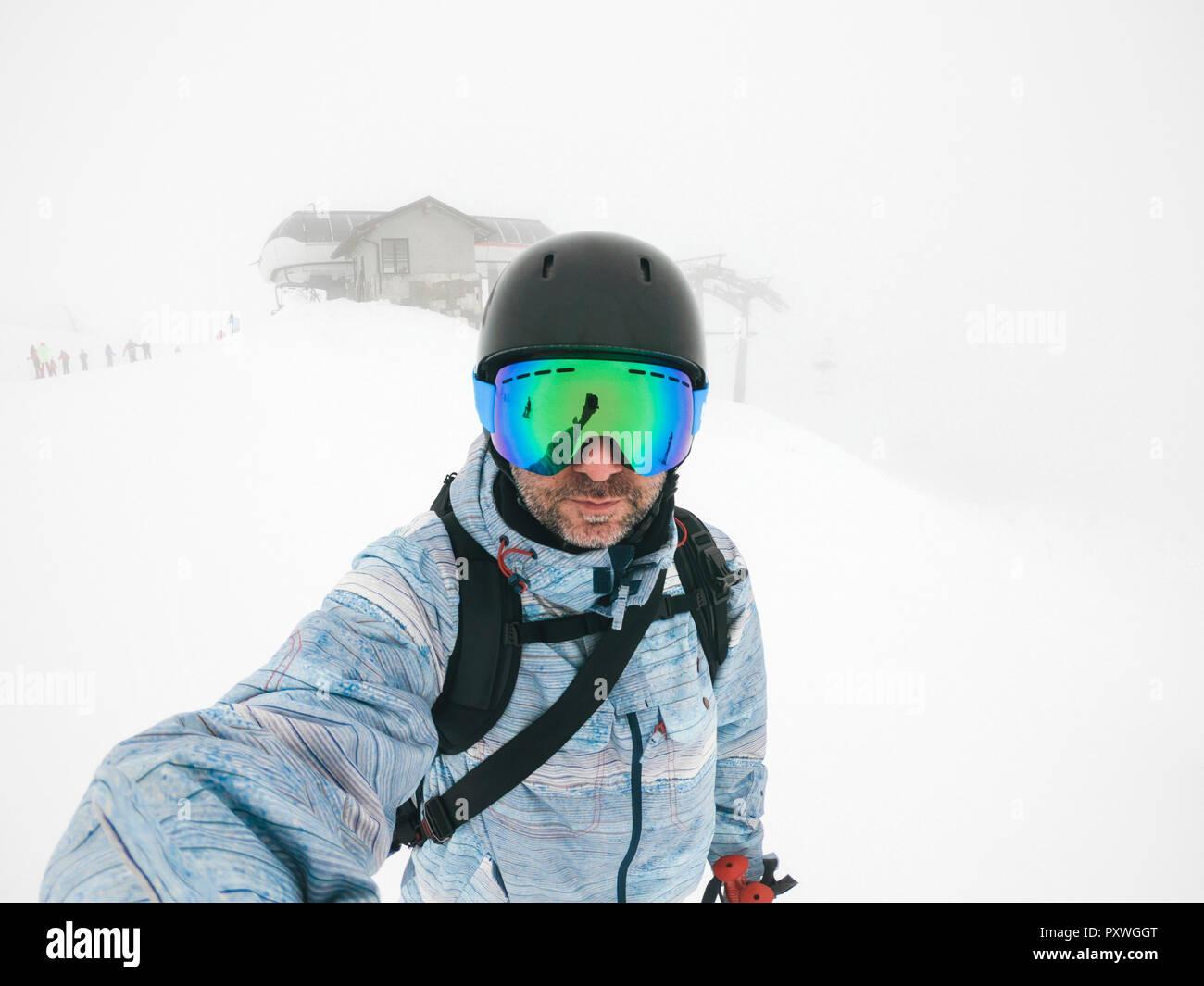 L'Italia, Modena, Cimone, ritratto di uomo che indossa gli occhiali da sci e casco di haze Immagini Stock