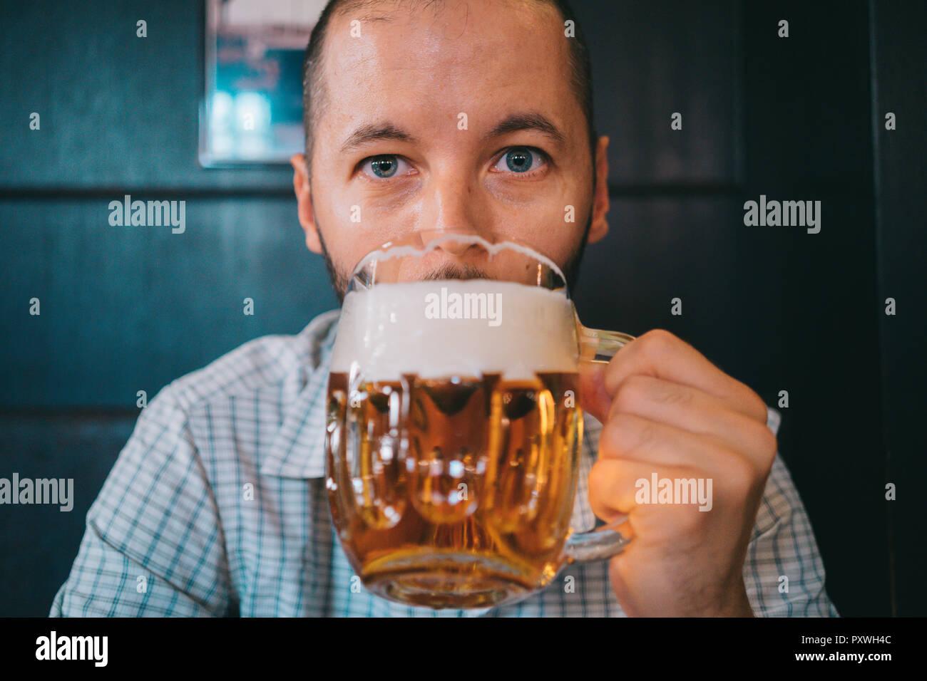 Cechia, ritratto di uomo a bere birra in un pub Immagini Stock