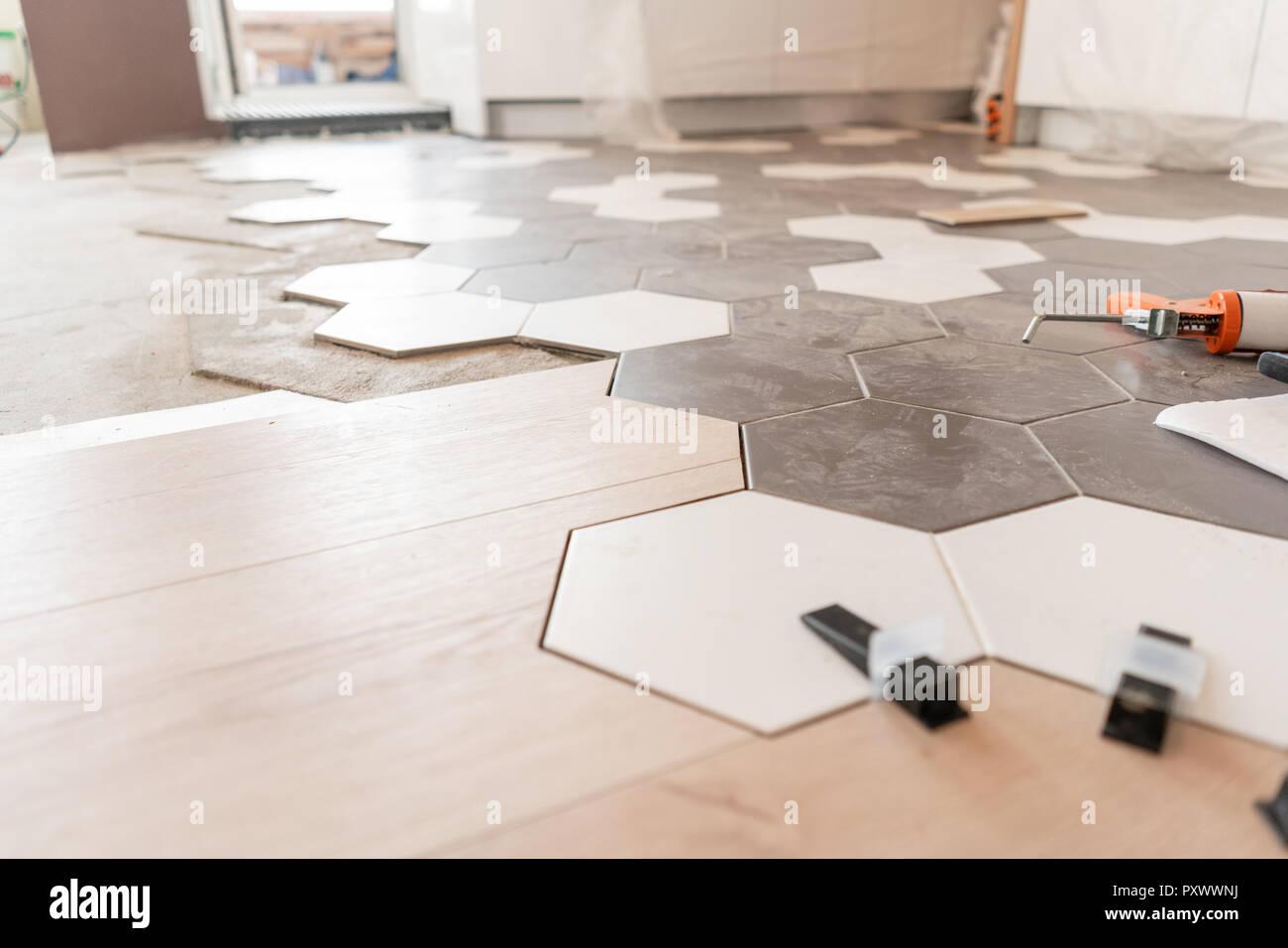 La combinazione di pannelli di legno di laminato e piastrelle di