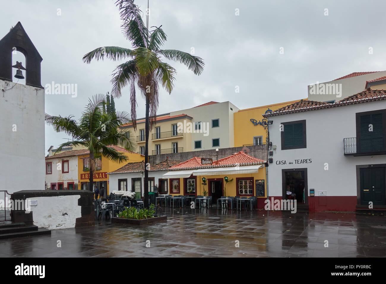 Square a Funchal, Madeira con ristoranti e Capela do Corpo Santo cappella Immagini Stock