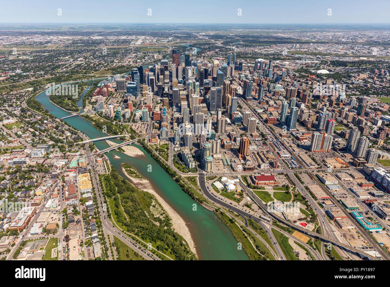 Vista aerea del centro città di Calgary da elicottero in estate. Immagini Stock