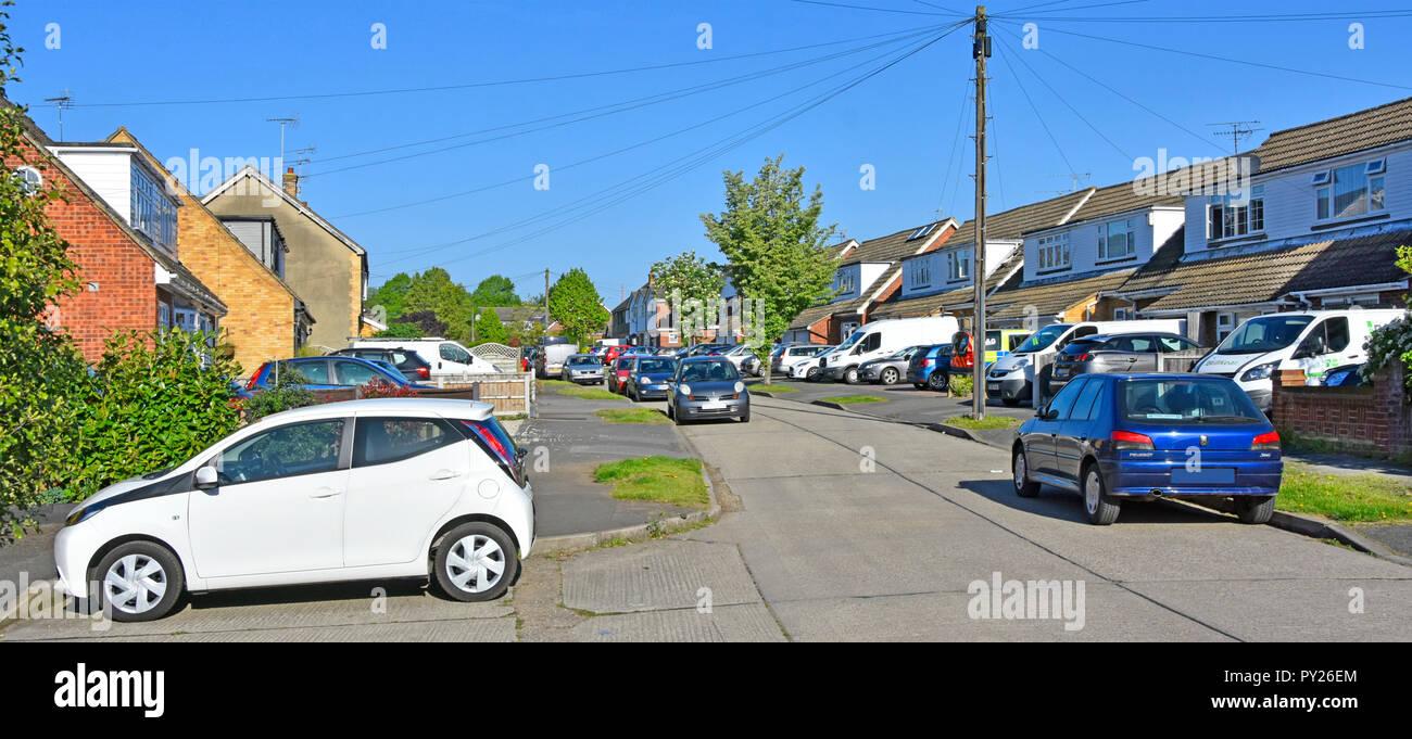 Scena di strada row case semi staccate su pavimentazione giardino frontale con vialetto pavimentato la sostituzione di Prato casa per qualche spazio parcheggio per auto Essex England Regno Unito Foto Stock