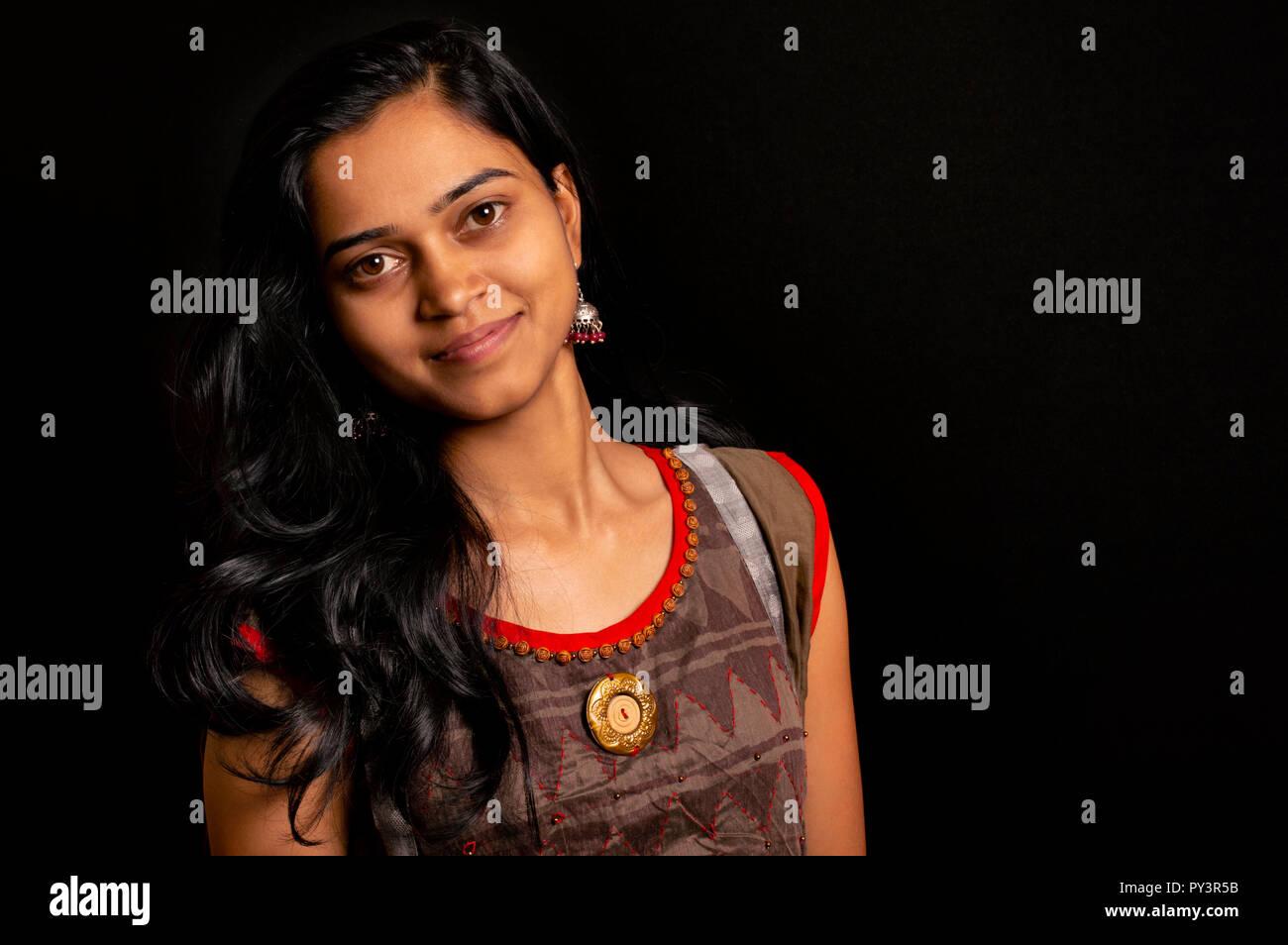 Felice giovani indiani donna sorridente su sfondo nero di Pune, India. Immagini Stock