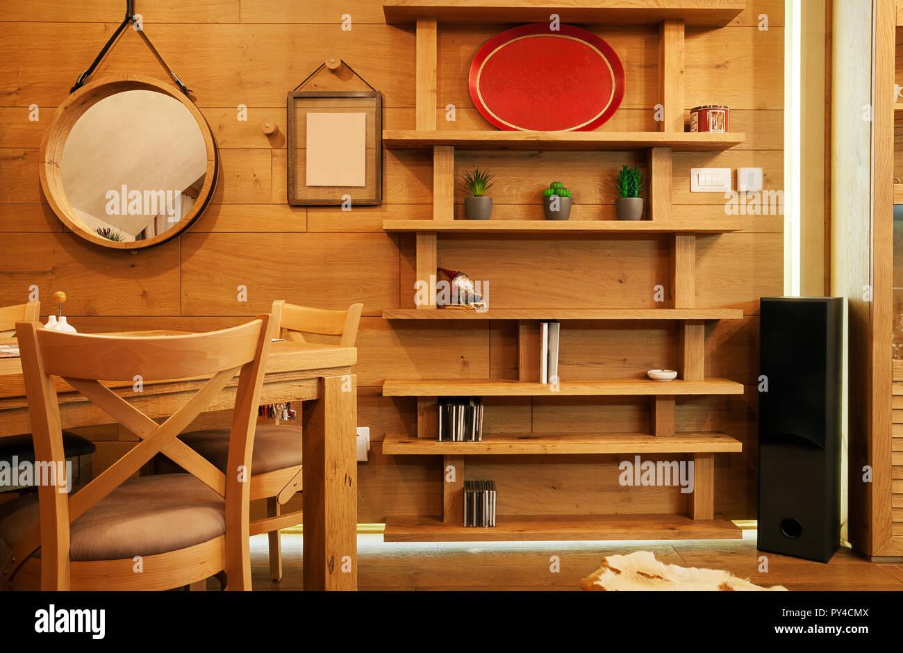 Decorazioni In Legno Per La Casa : Interno di una casa pareti in legno e ripiani con oggetti