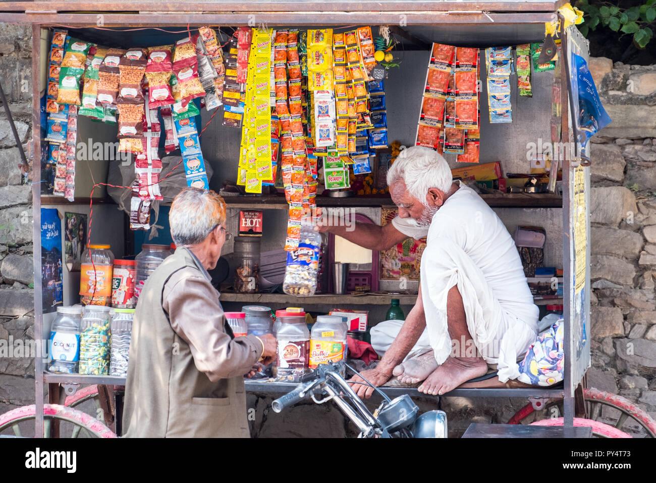 Uomo indiano con un piccolo negozio a ruote Immagini Stock