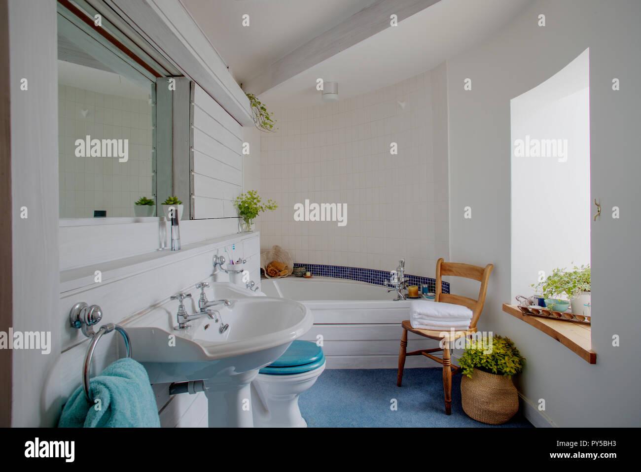 Un ampia vista colpo di un elegante bagno interno un blu mosaico si