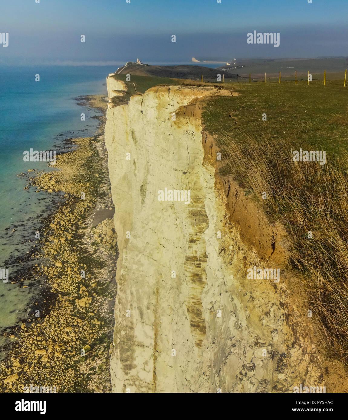 Eastbourne, East Sussex, Regno Unito..25 Ottobre 2018..Vista da Beachy Head area guardando ad ovest . Area recintata a causa fessurazione appena visibili in questa foto in alto a destra del centro. Fragilità e fessure molto evidente. Chalk erosione è del tutto normale e naturale lungo il Sussex chalk cliffs. Questo è il motivo per cui sono così bianca, tuttavia, vi sono stati alcuni grandi cadute di recente in particolare quella al Colle Piana, Birling Gap la scorsa settimana che il NT consigliare è il più grande per oltre un decennio. David Burr/Alamy Live News Immagini Stock