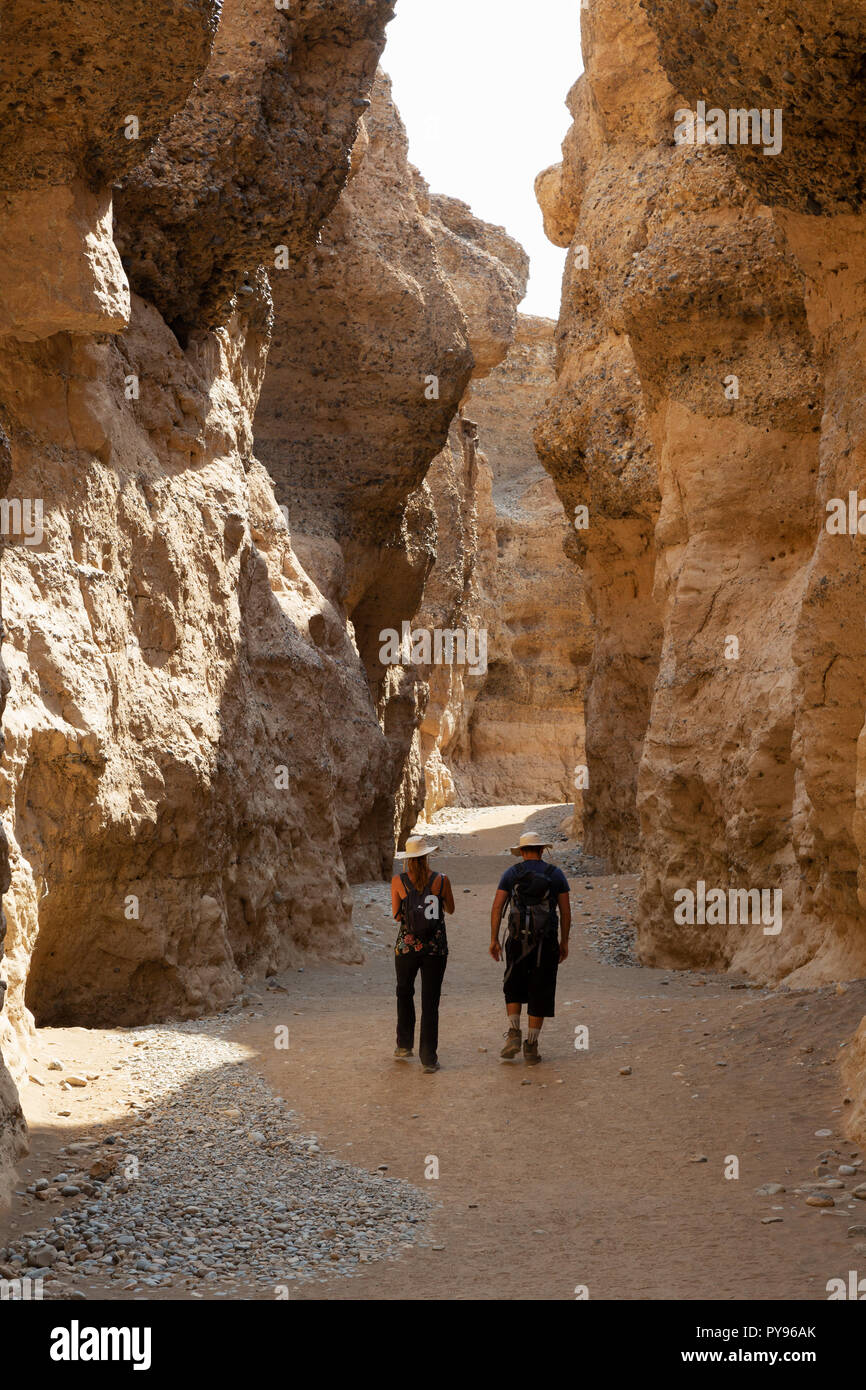 La Namibia turismo - i turisti a piedi nel Sesriem Canyon, Namib Desert, Namib-Naukluft National Park vicino al Sossusvlei, Namibia Africa Foto Stock
