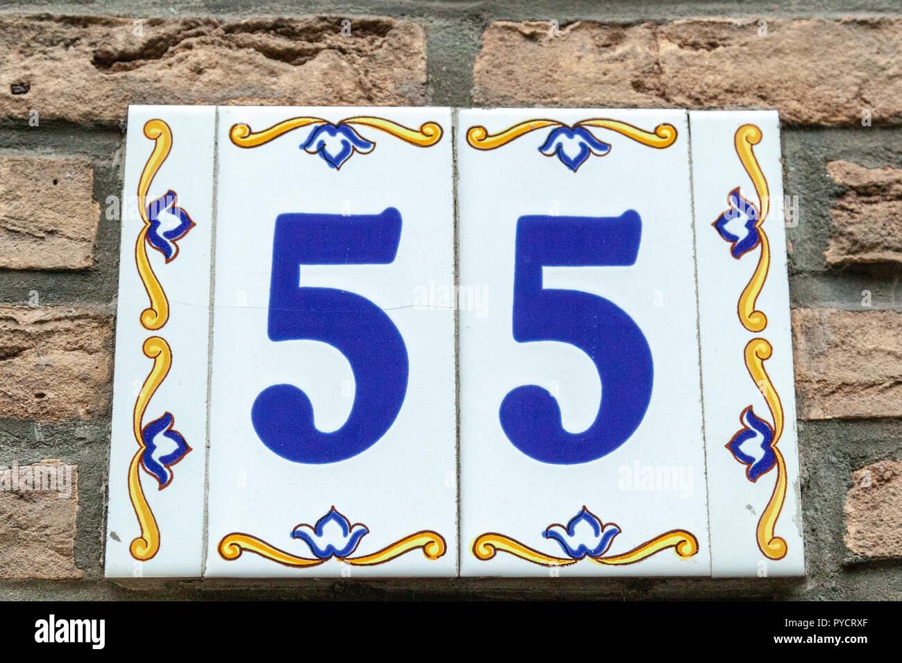 Numero di casa cinquantacinque dipinta su piastrelle di