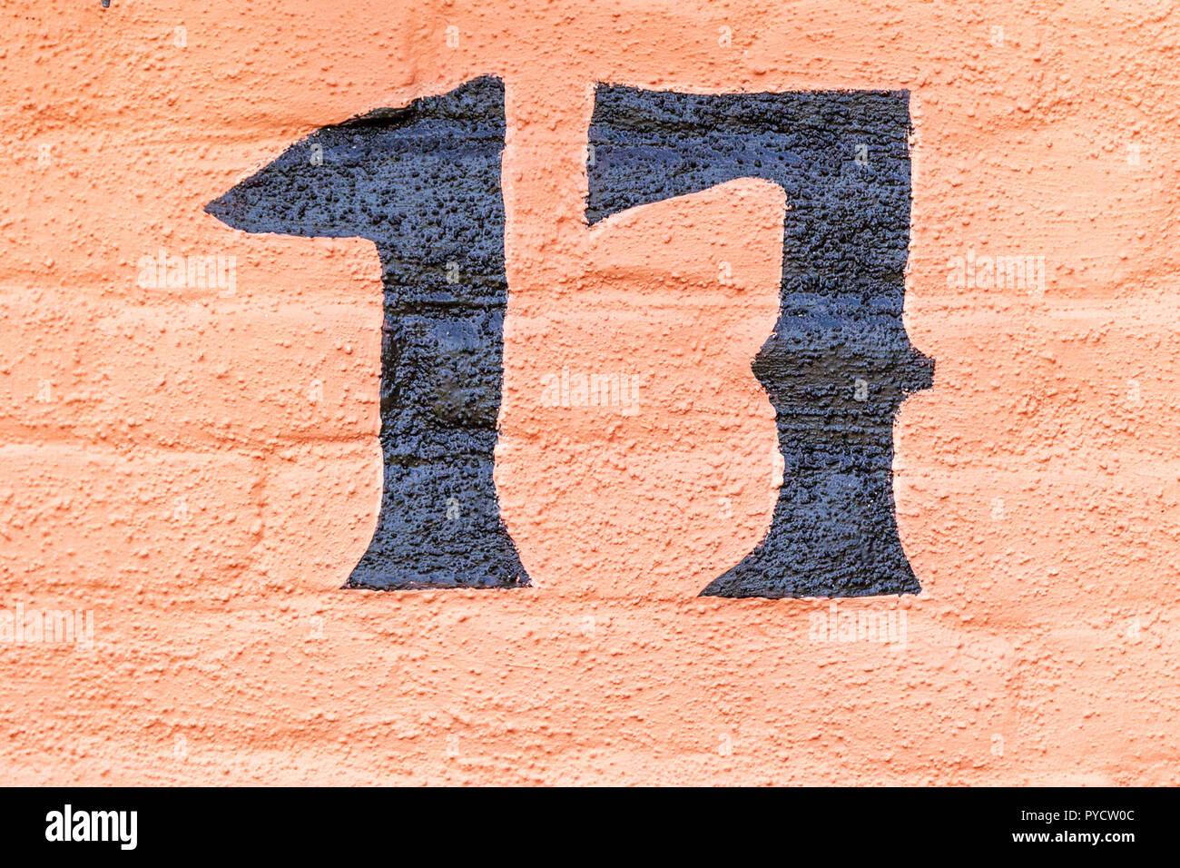 Numero Civico Diciassette 17 Dipinta In Vernice Nera Su Uno Sfondo