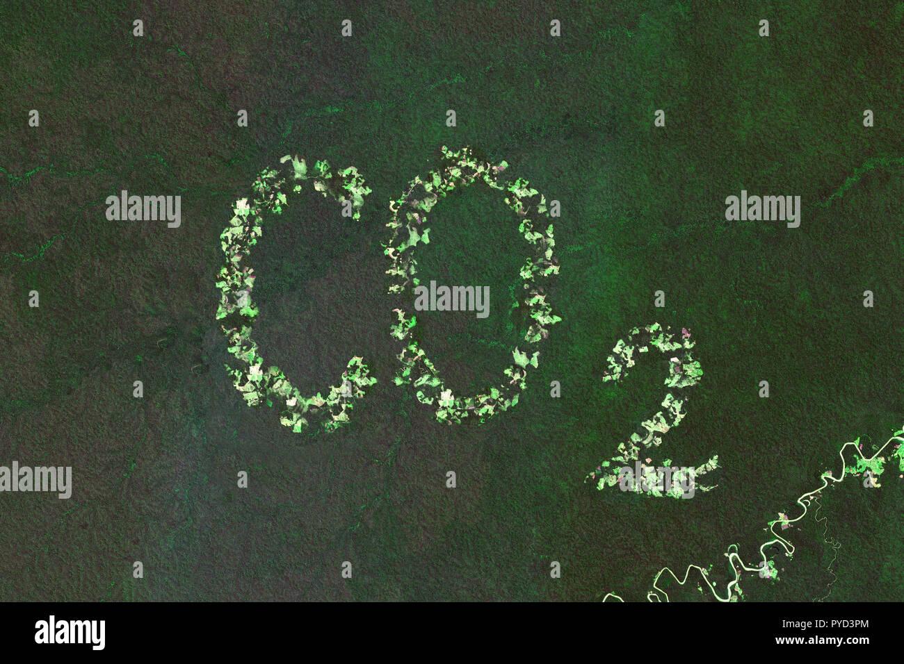 Aumento del biossido di carbonio a causa della deforestazione nella foresta pluviale - concetto basato sulle immagini satellitari - contiene Copernico modificati dati Sentinel Immagini Stock