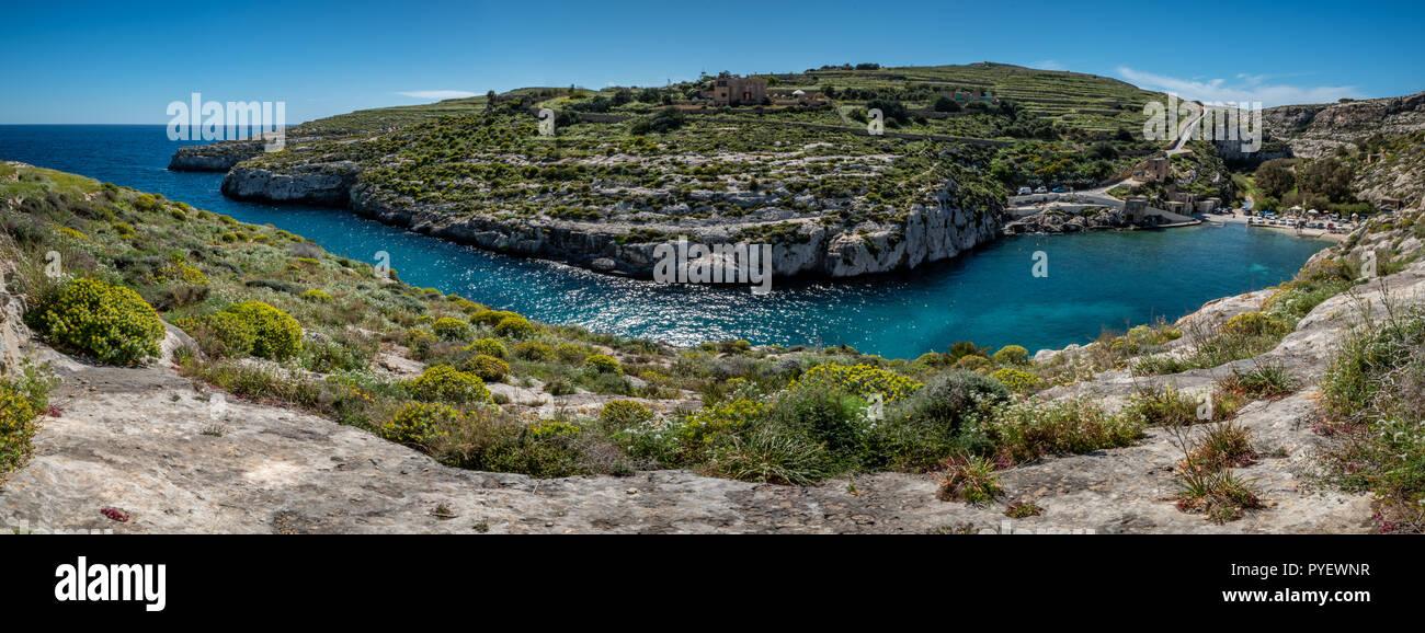 Panorama shot della bella Mgarr Ix-Xini Valley Bay a Gozo e Malta. Pesca Porto di Gozo. acque blu cristallo del mare. pacifica, serenità, tranquillità. Br Immagini Stock