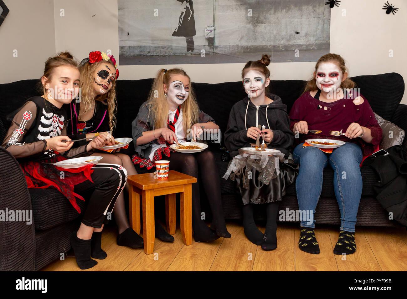 Halloween Gruppo.Ottobre 2018 Gli Amici E La Famiglia In Costume Ad Una Festa Di
