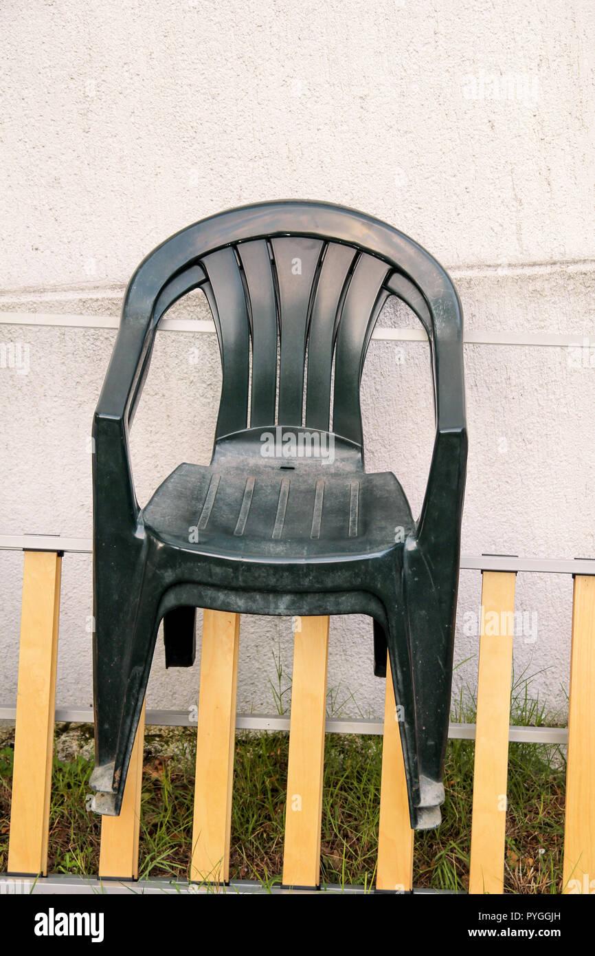 Sedie Plastica Verde Giardino.Il Verde Giardino Di Plastica Sedie Gettate E A Sinistra Su