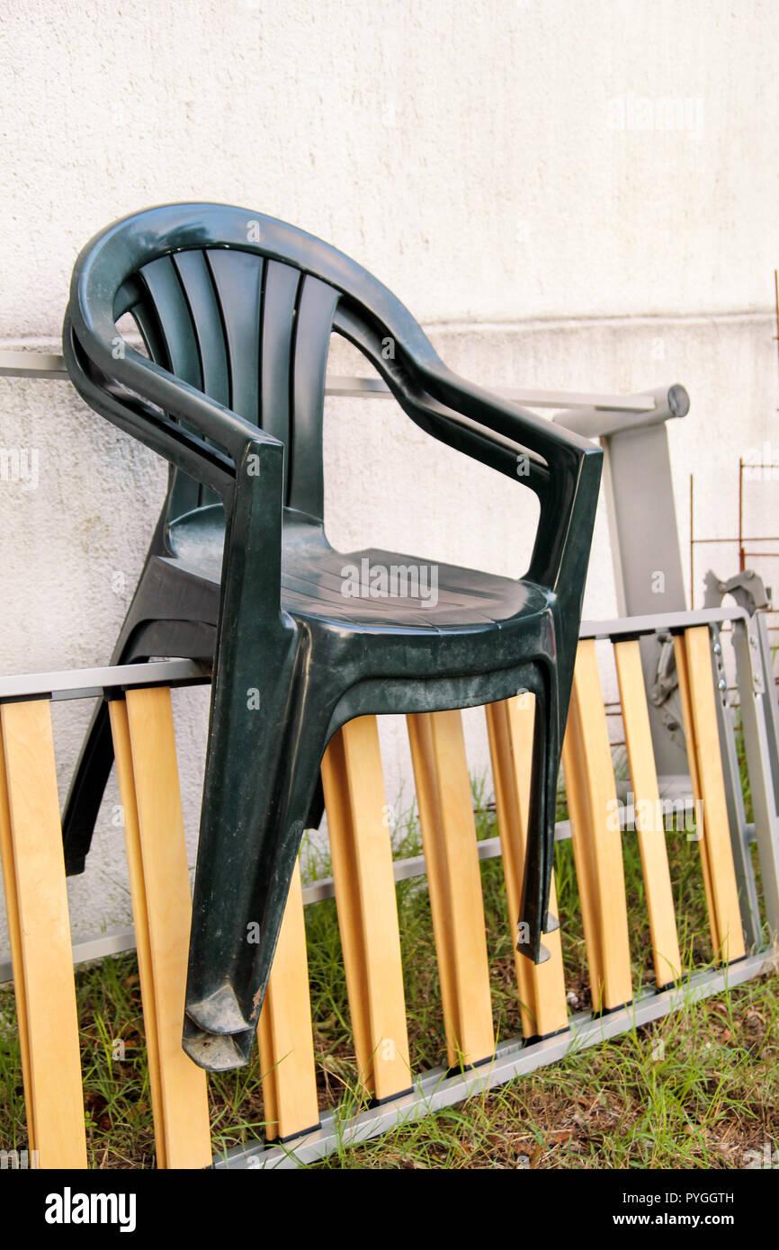 Sedie Da Giardino In Plastica Verdi.Il Verde Giardino Di Plastica Sedie Gettate E A Sinistra Su Una