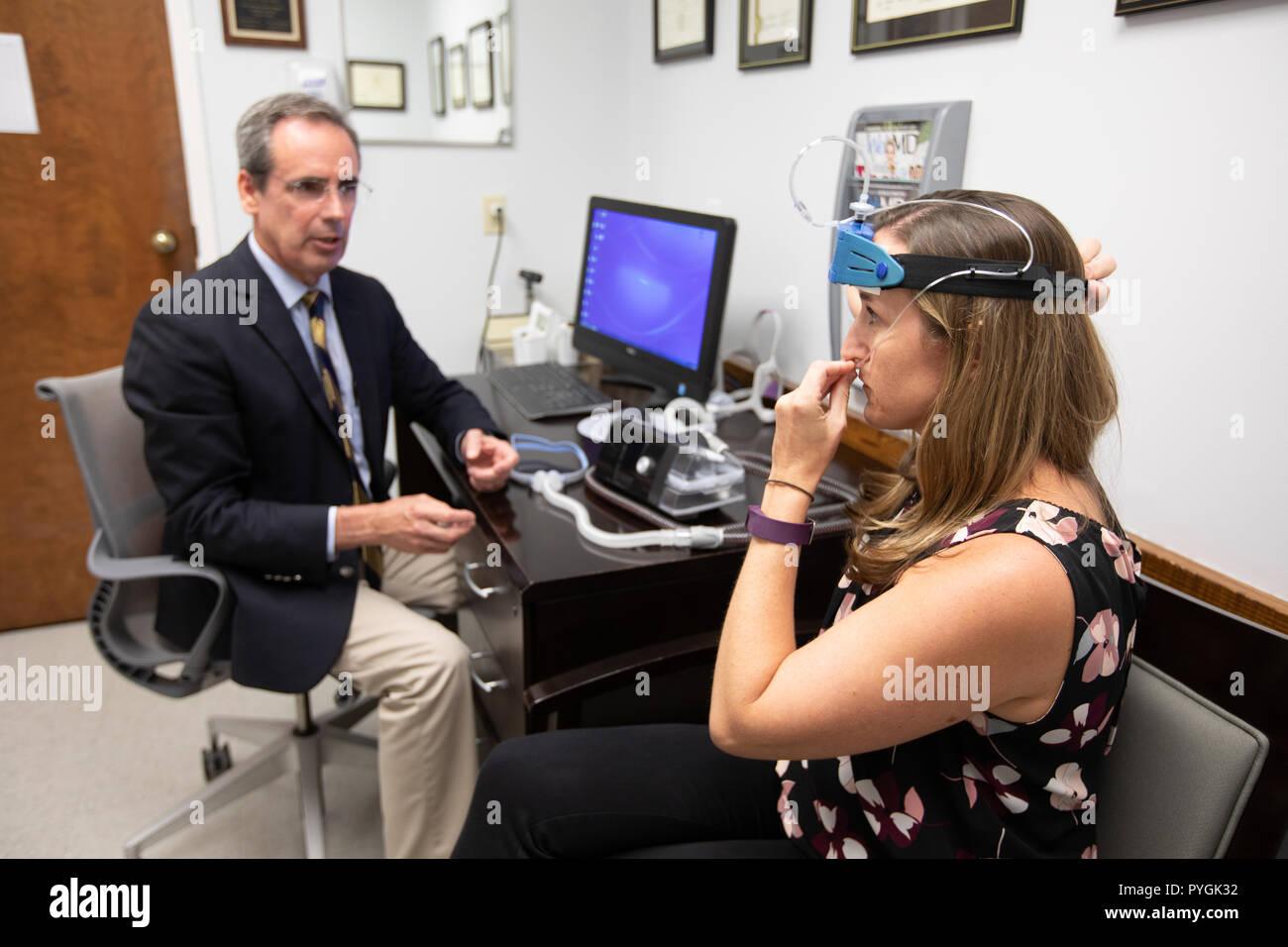 Medico mostra un paziente con disturbi del sonno più tardi in apnea nel sonno opzioni. Immagini Stock